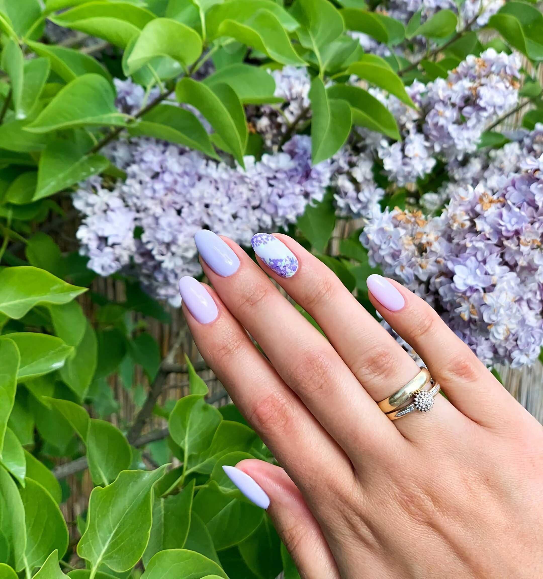 стильный сиреневый маникюр с цветком на короткие ногти