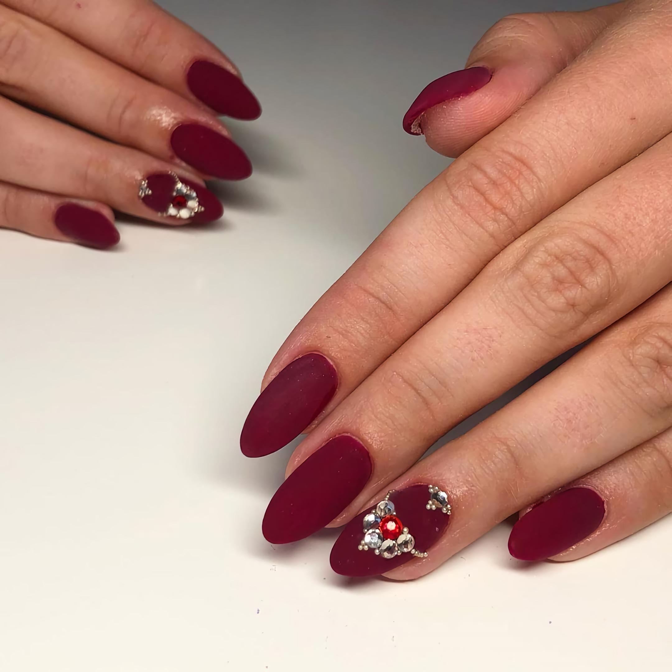 матовые красные ногти с камнями