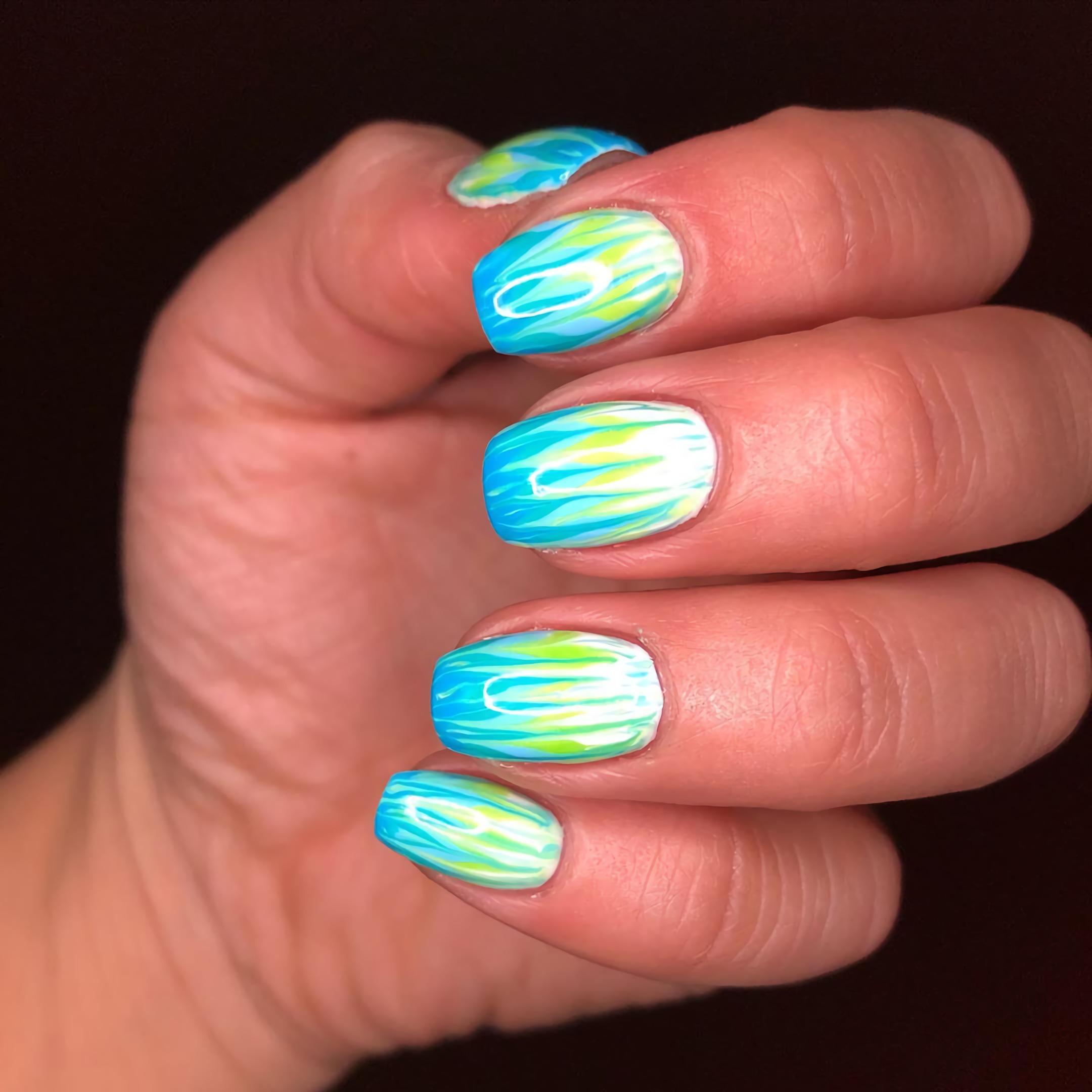 синие и зеленый короткие ногти