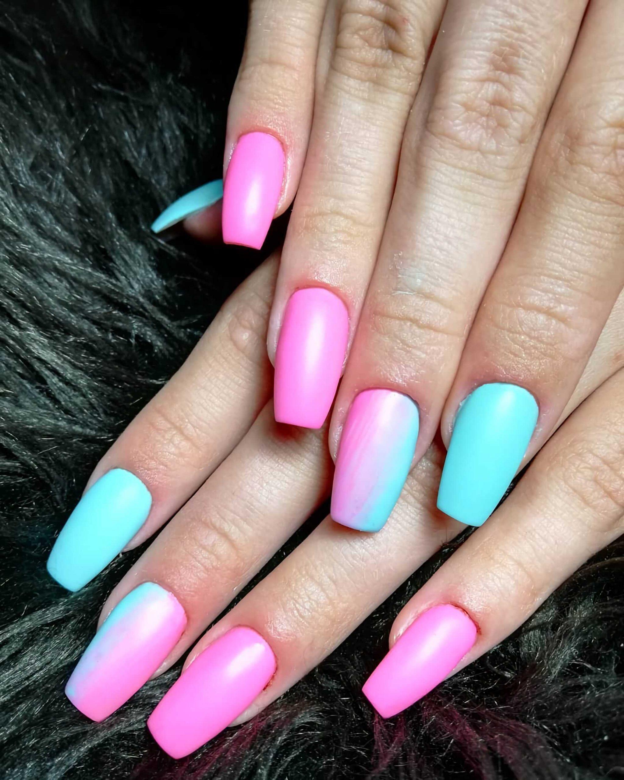 розовые ногти с зеленым цветом