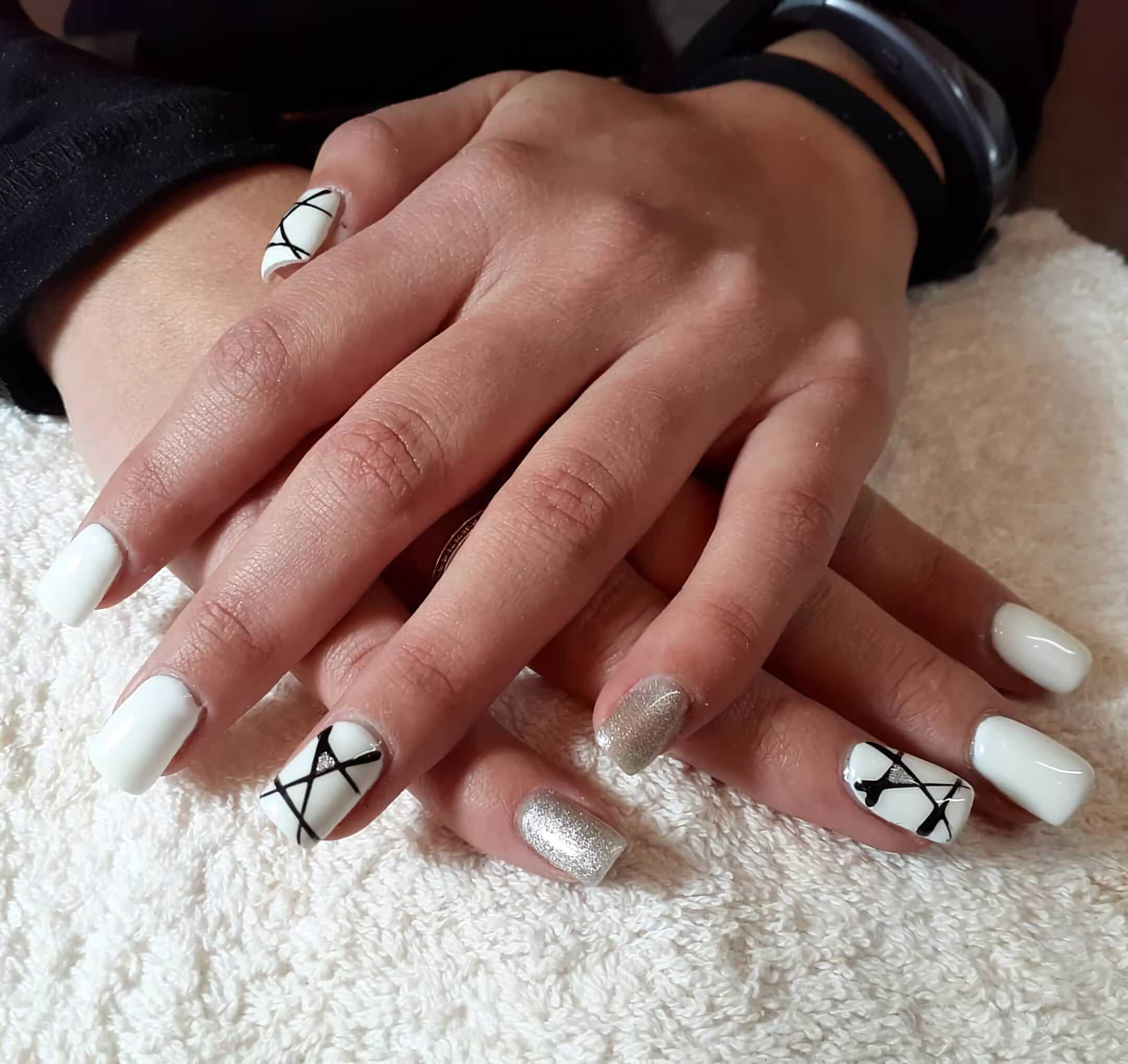 серебряные ногти с блестком и рисунком