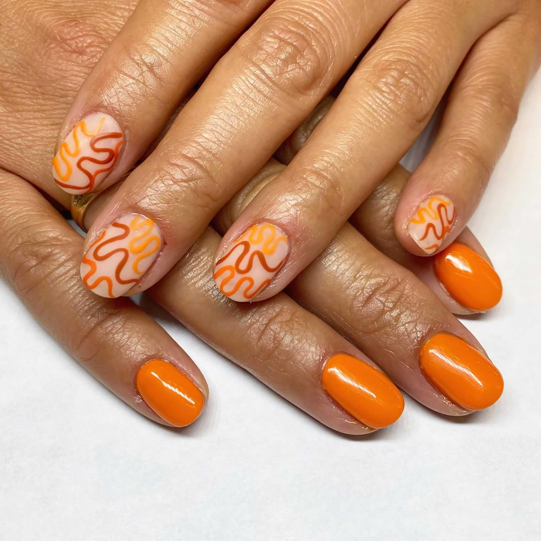 короткие ногти с цветом апельсина