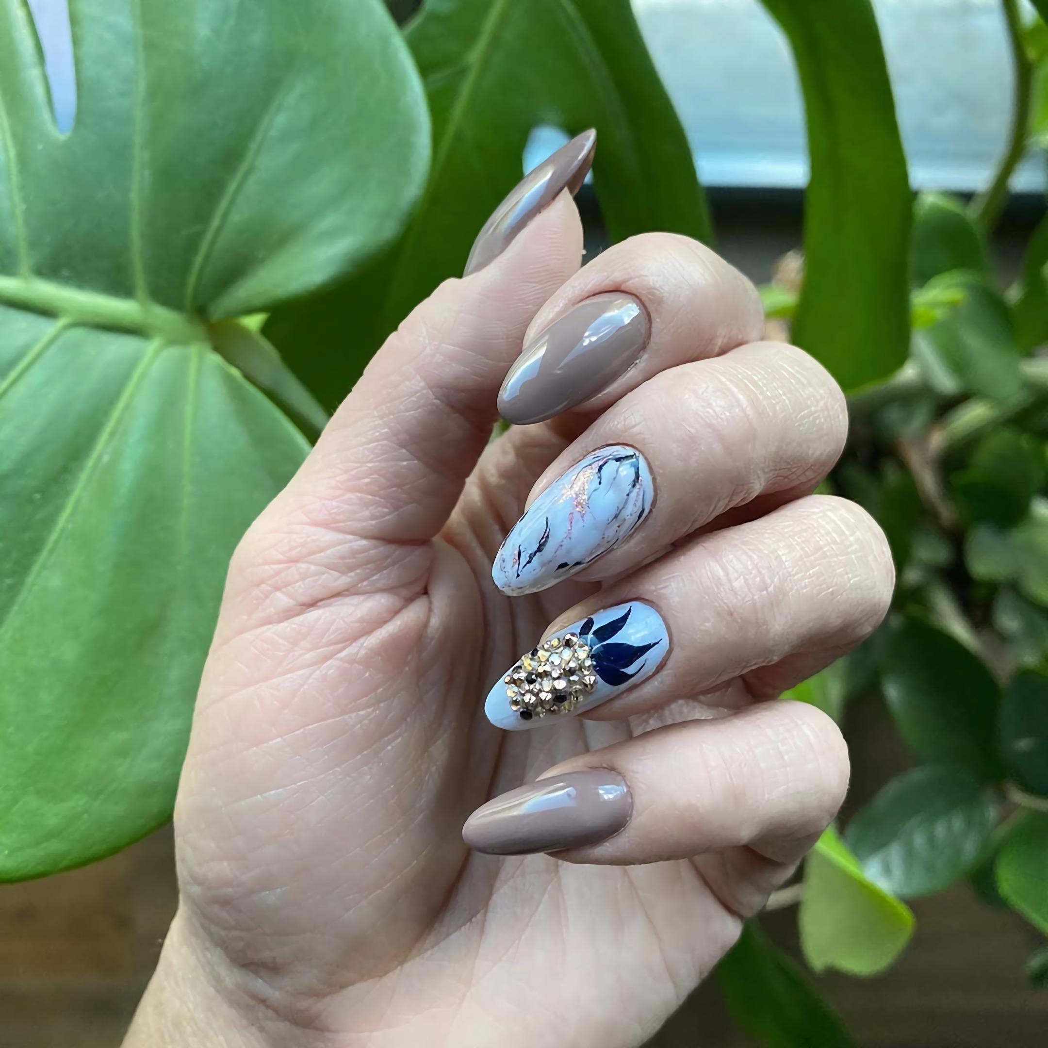 необычные короткие ногти с принтом ананаса