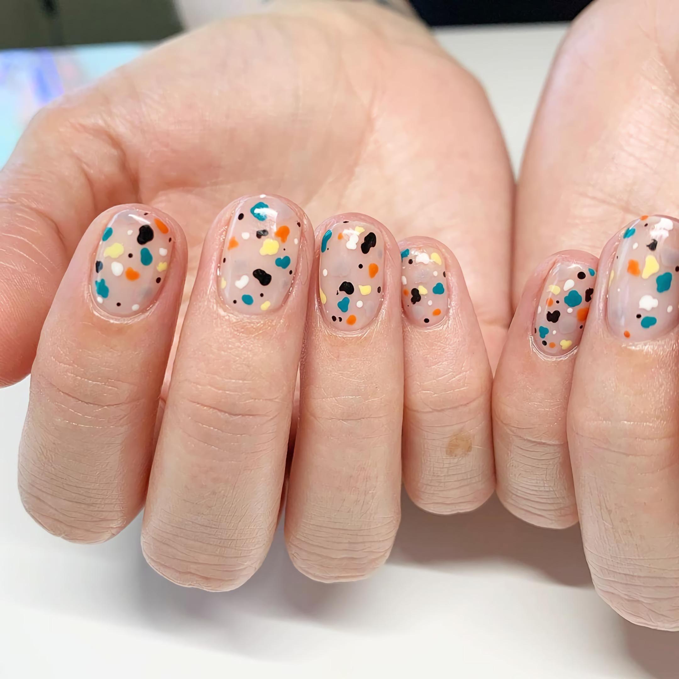 короткие ногти с точками