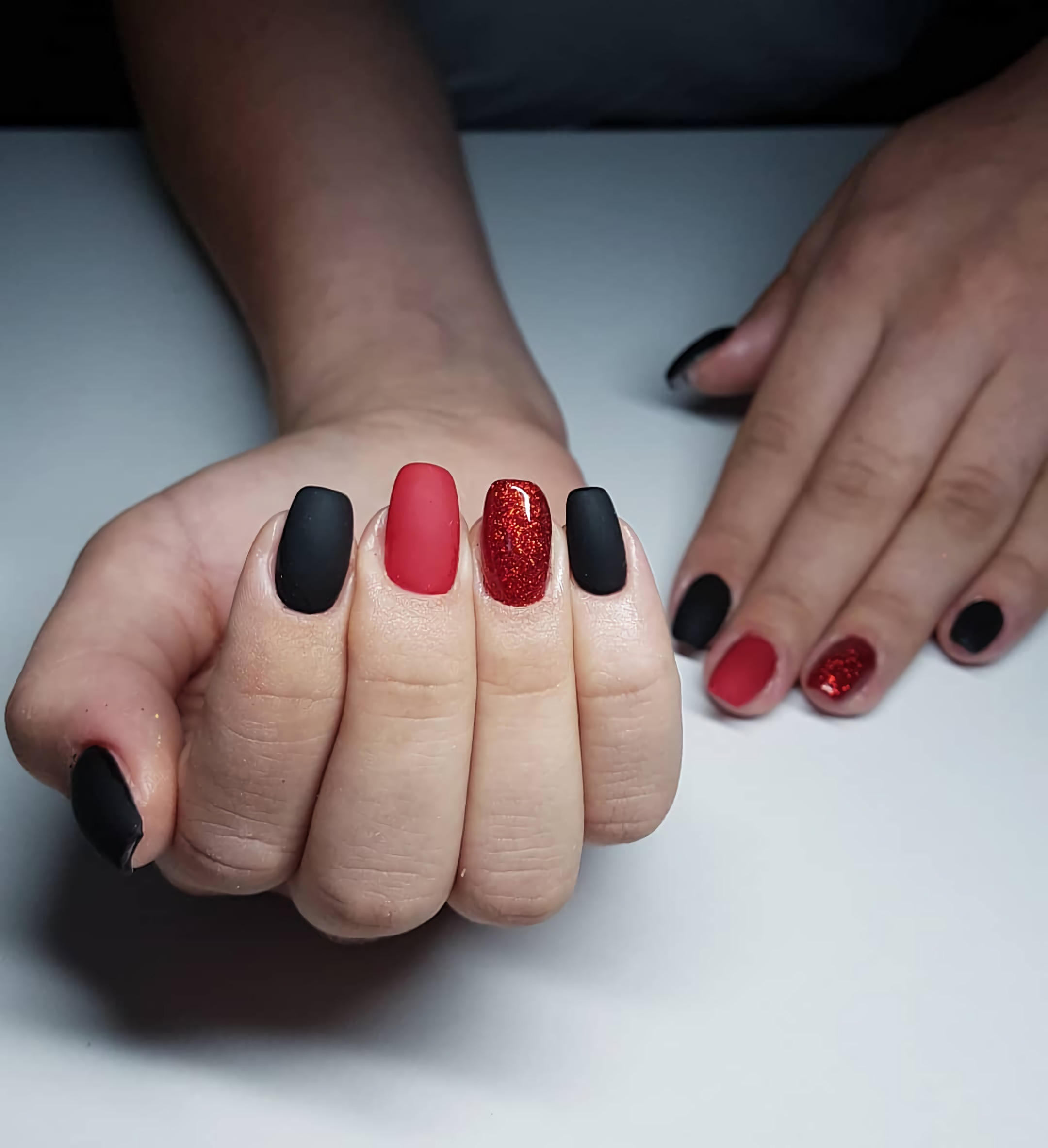 стильные красно-черные ногти