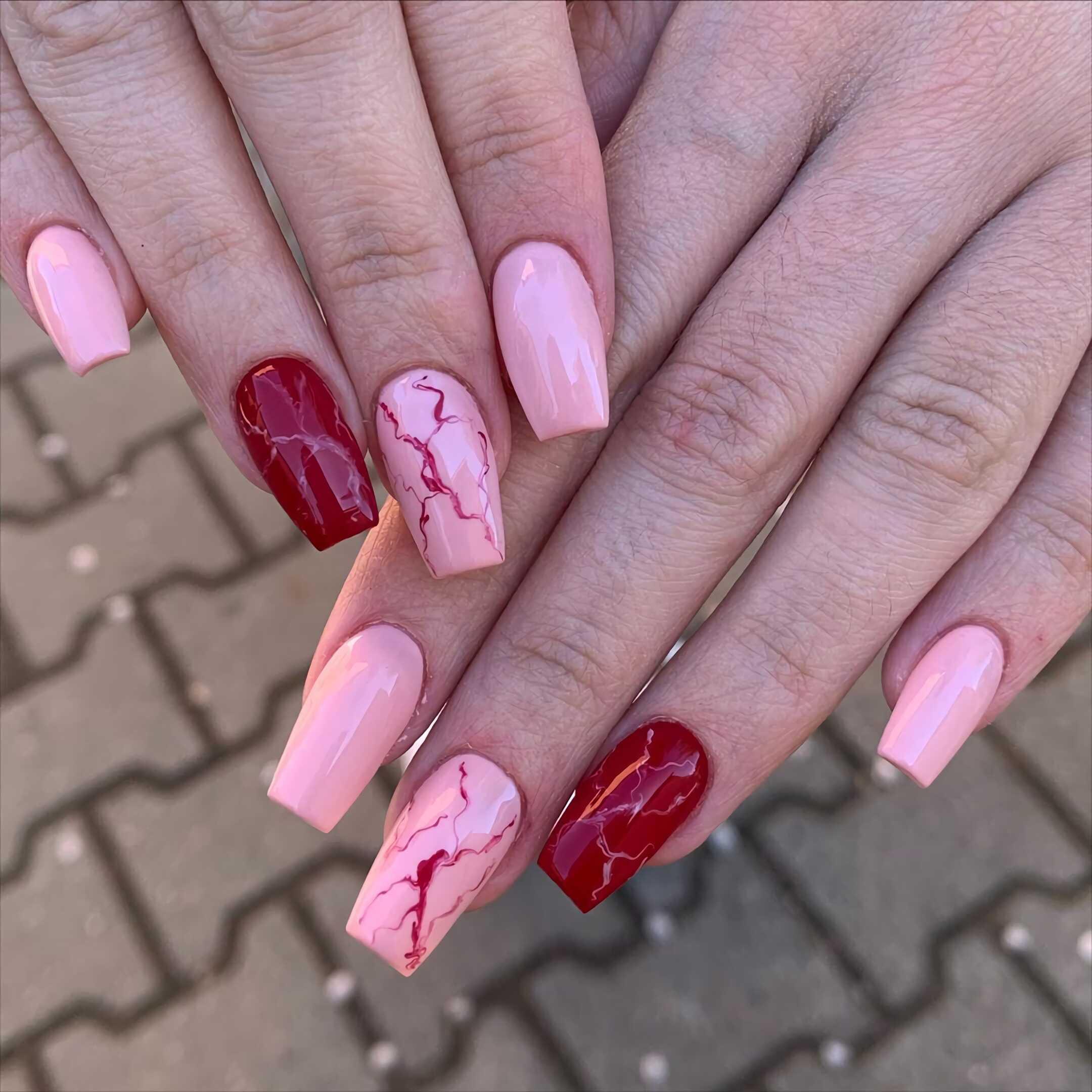модные розово-красные ногти