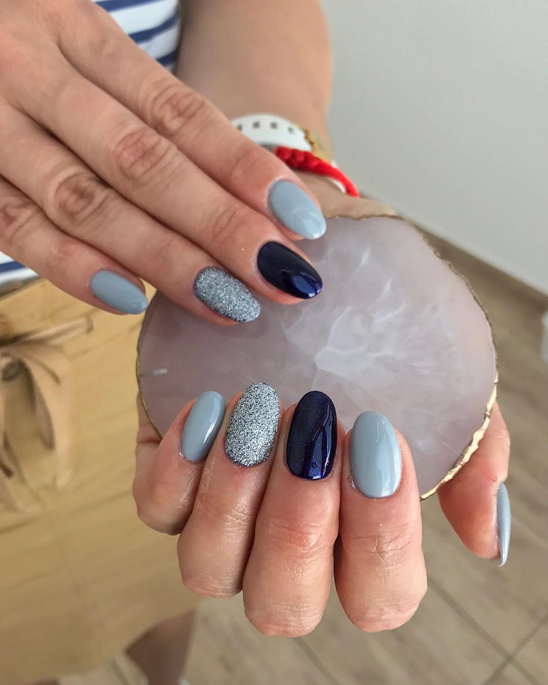 модный серый маникюр на короткие ногти