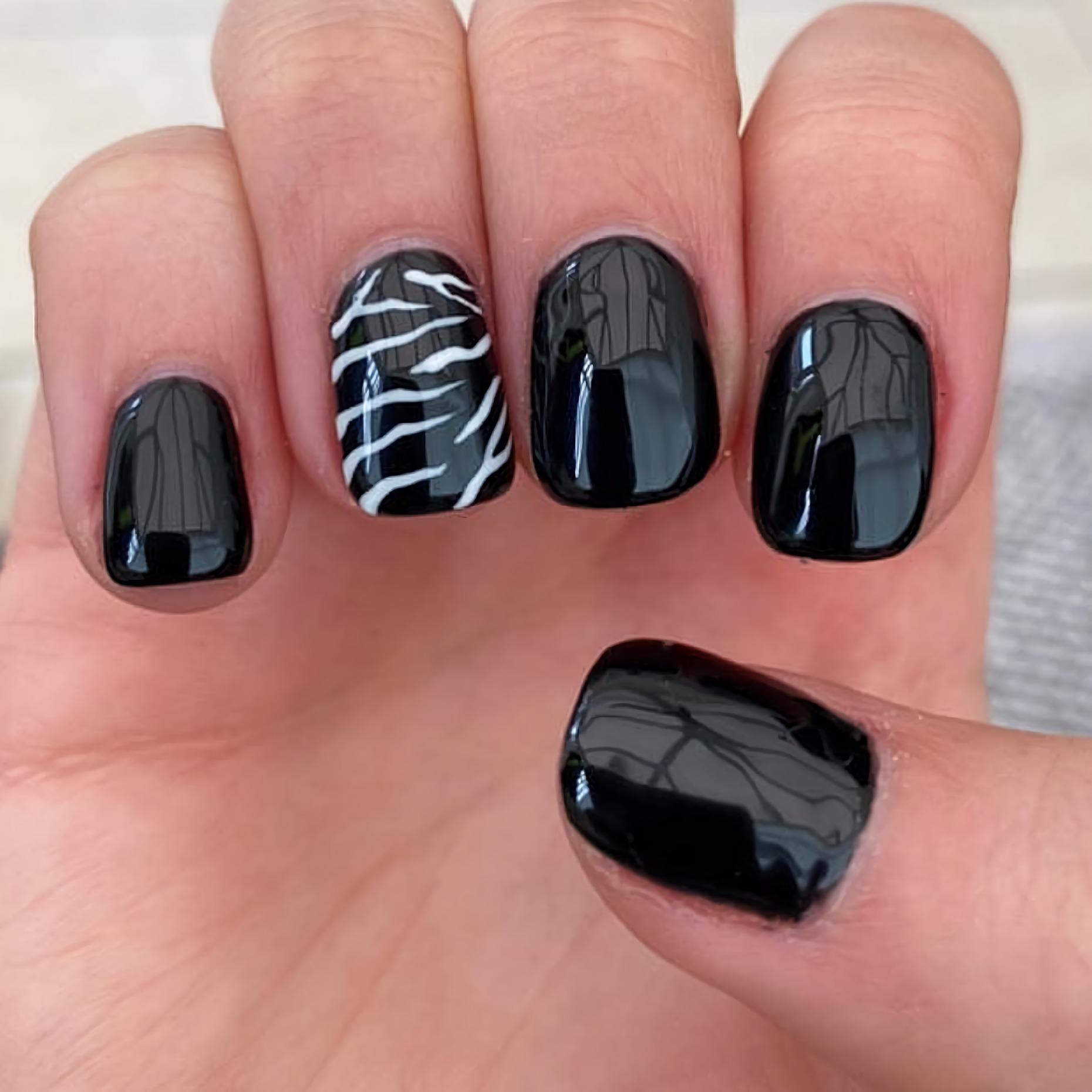 стильный черный маникюр на короткие ногти