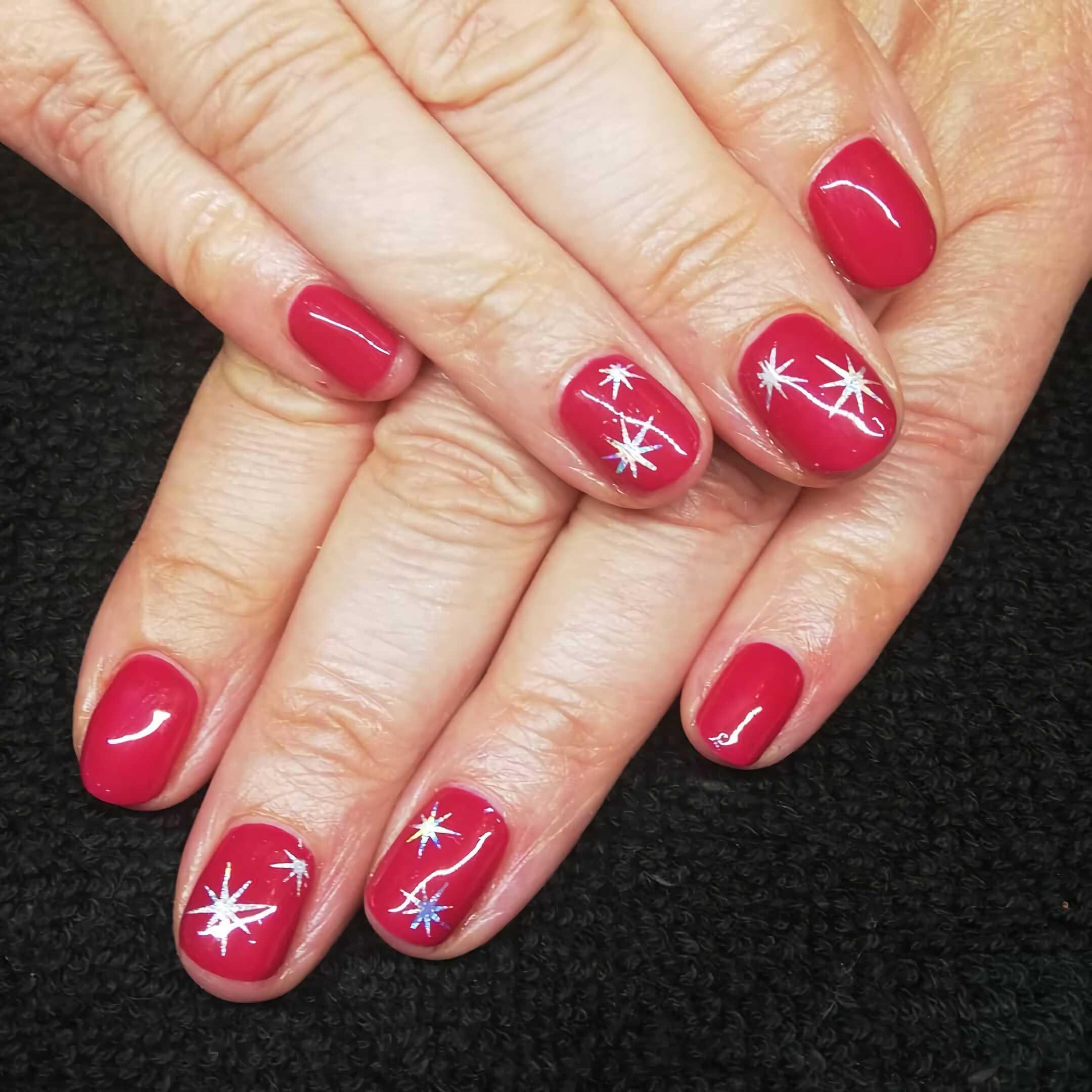 короткие красные ногти со звездочками