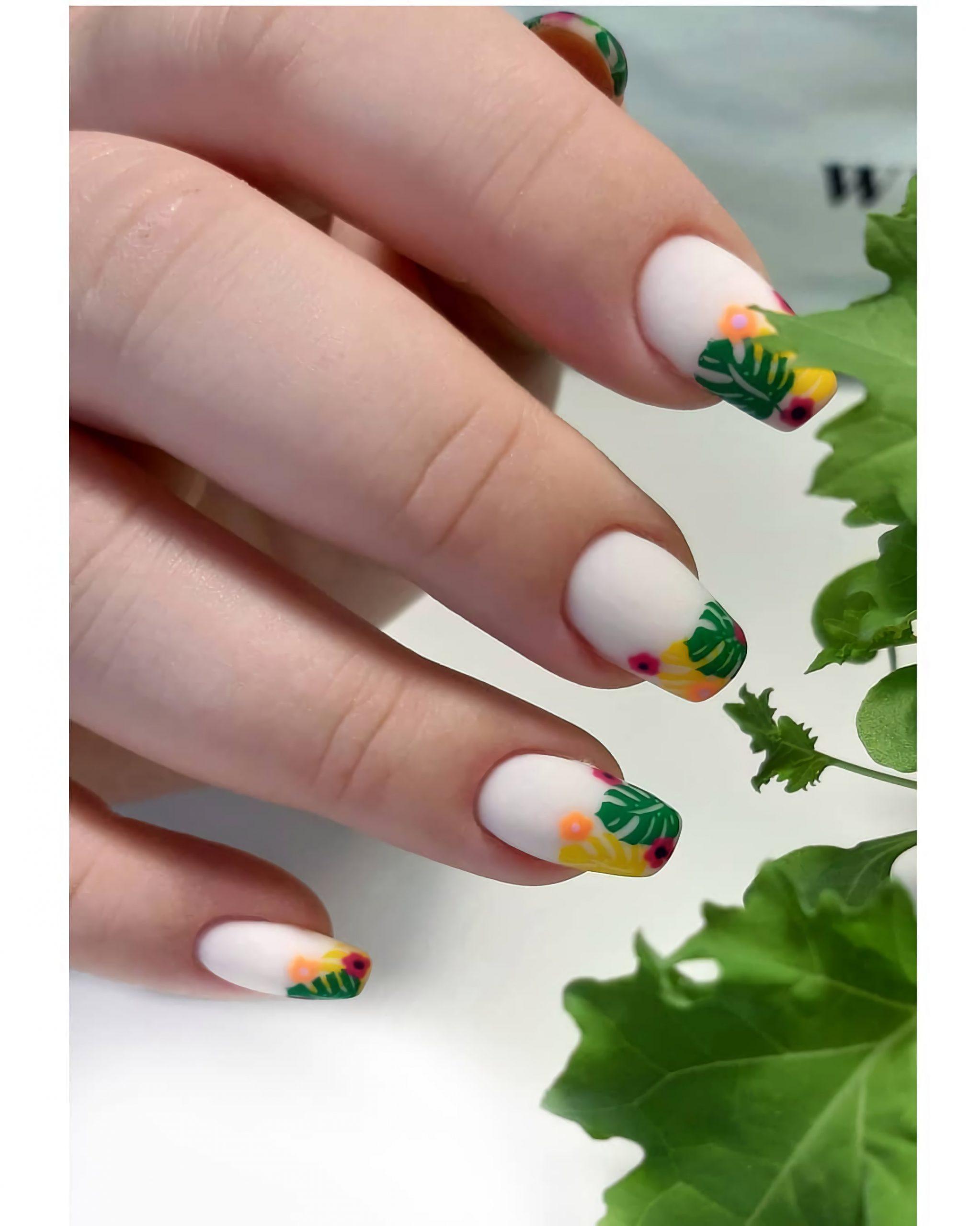 красивые ногти с тропическим листьям