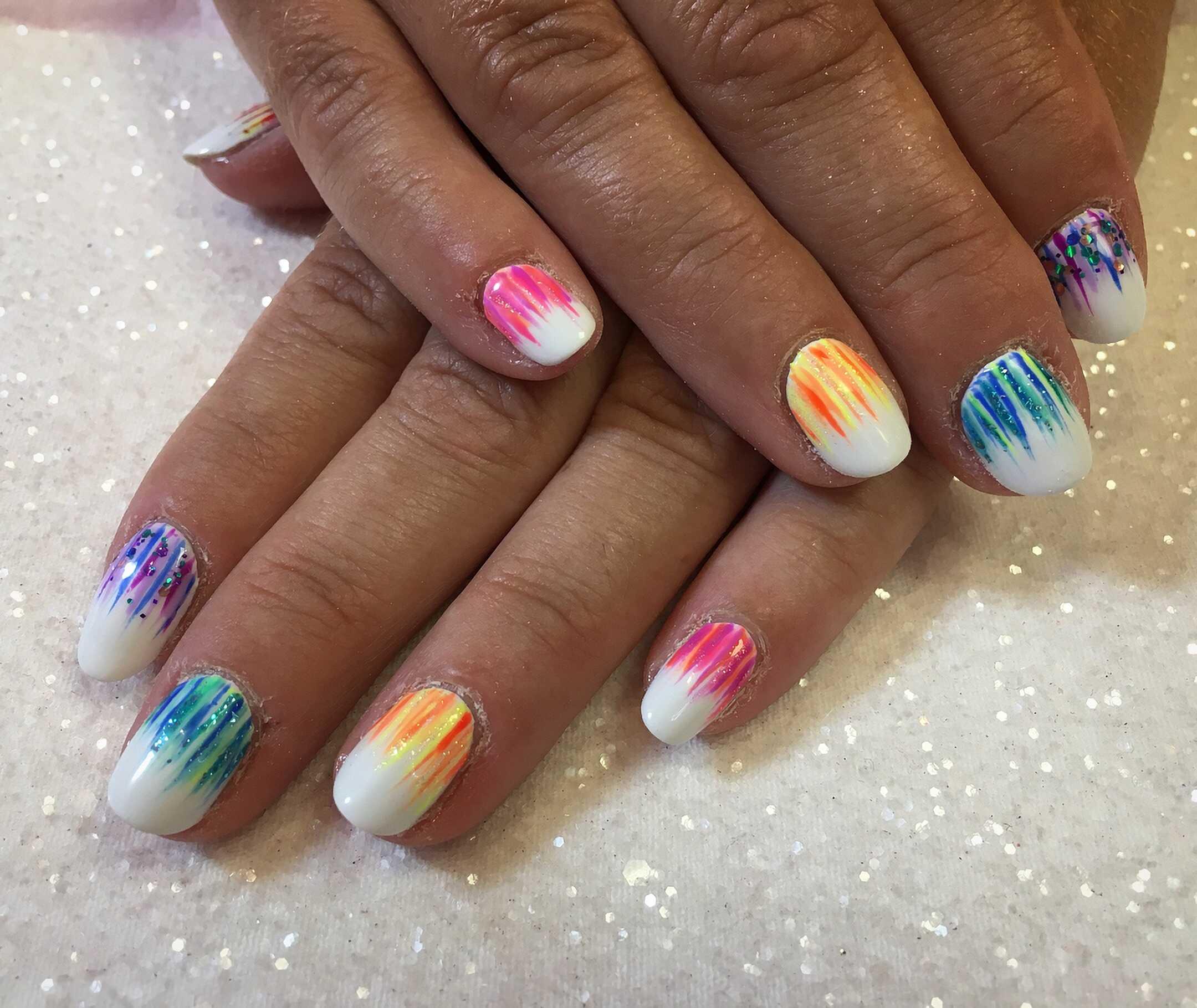 короткие ногти с цветным водопадом