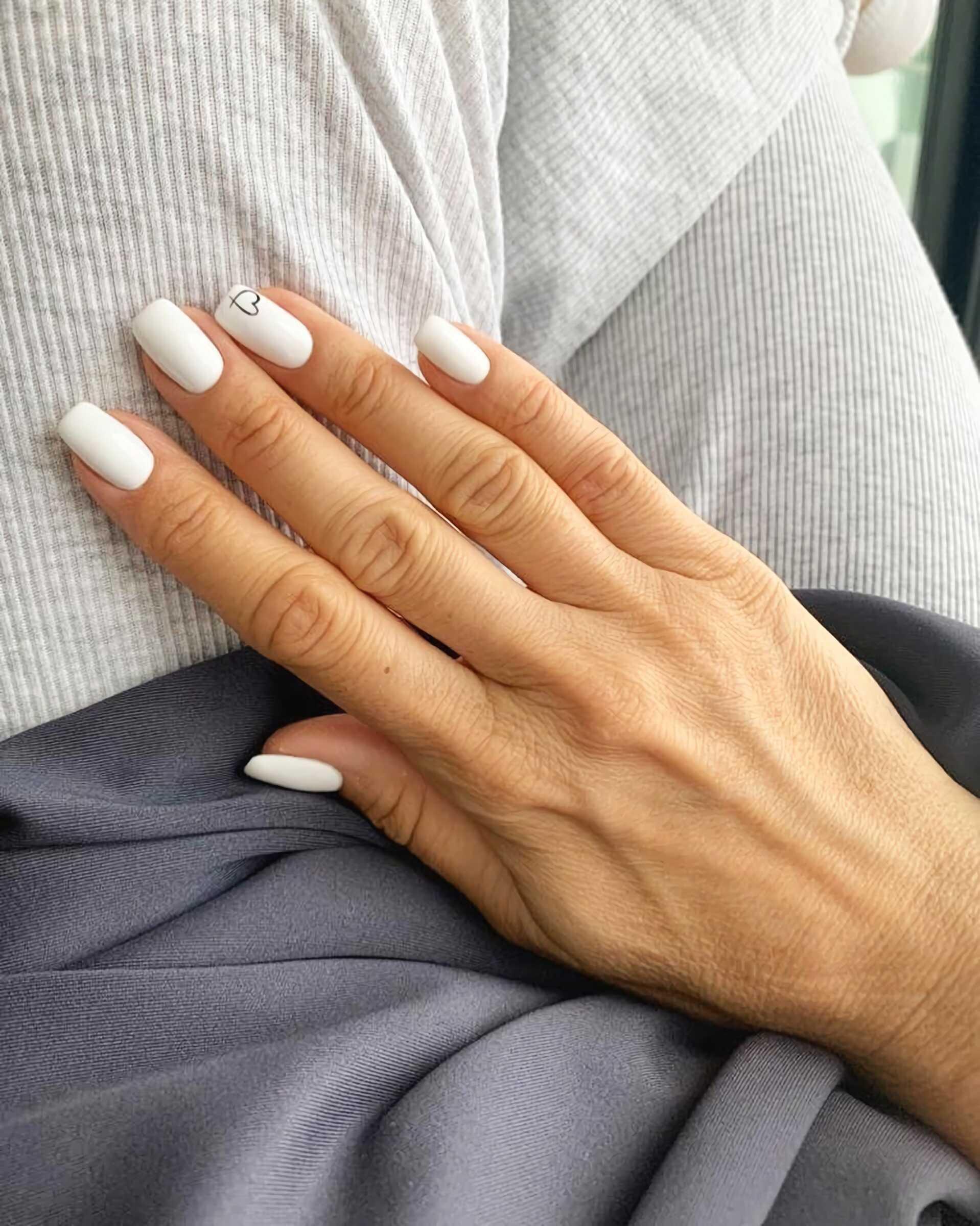 модные короткие белые ногти с сердечком