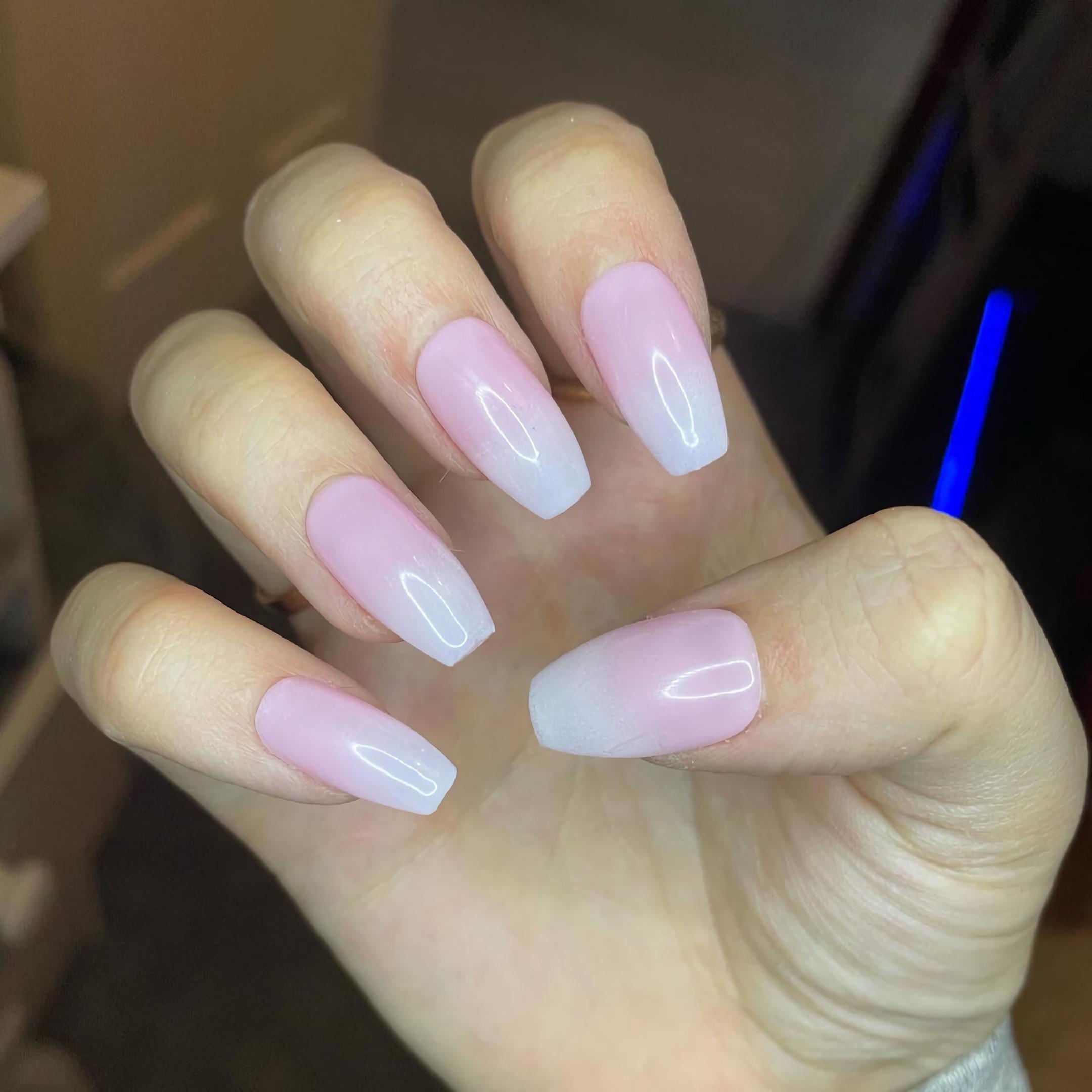 Красивые розовые ногти с белым кончиком