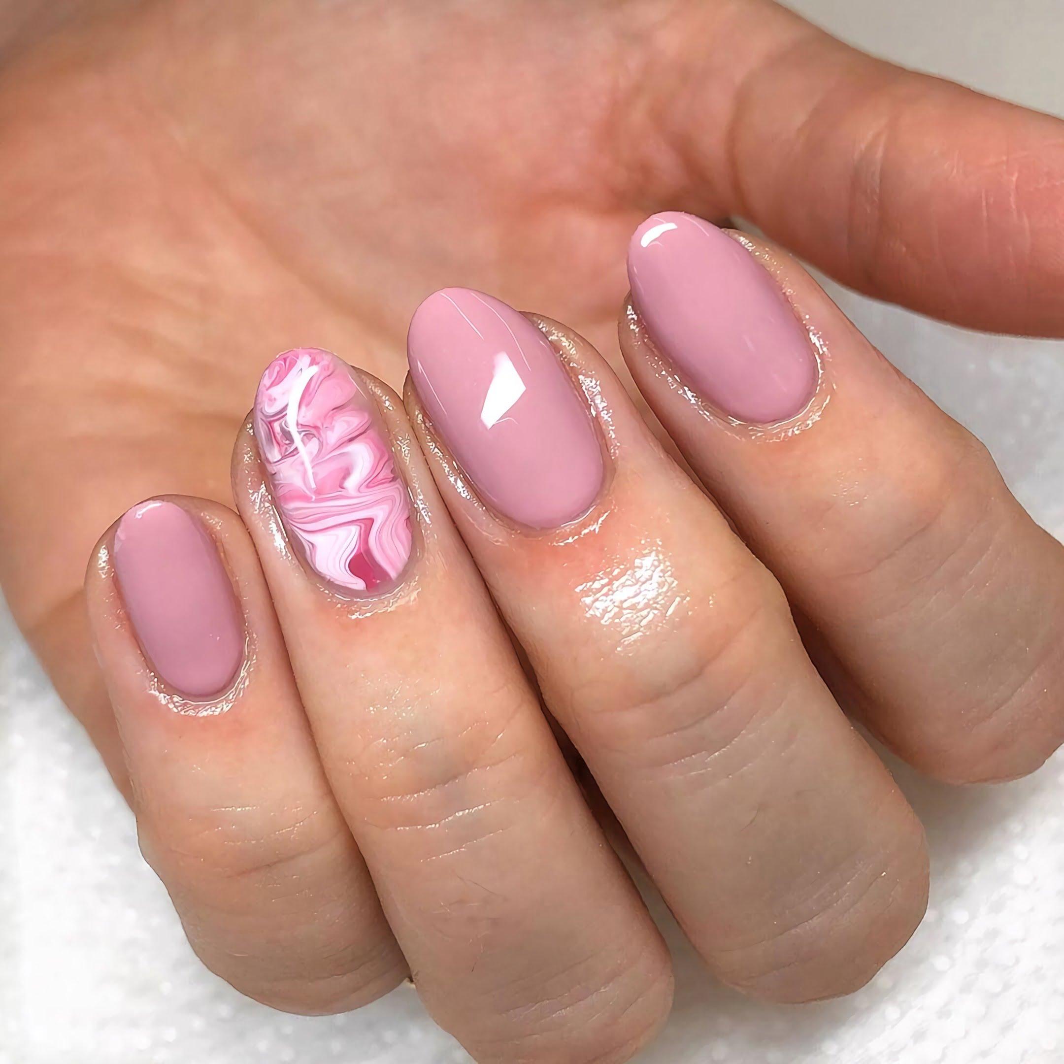 красивый лавандовый маникюр на круглые ногти