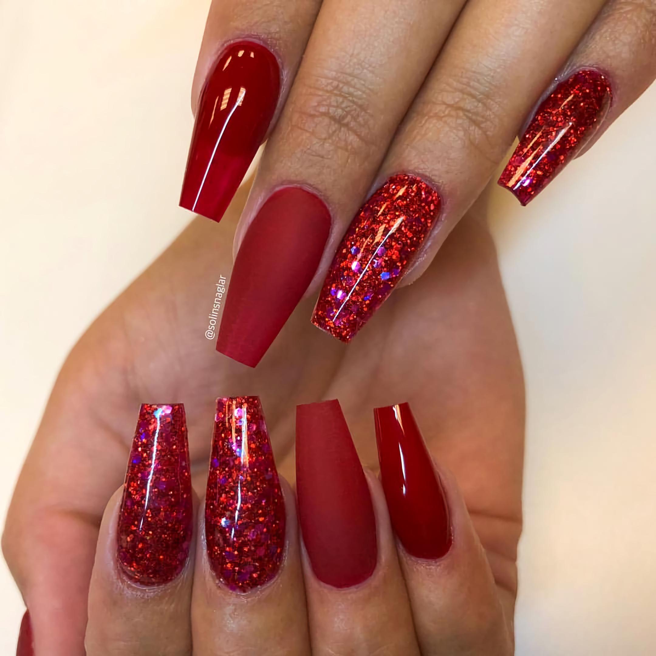 Рубиново-красные мерцающие ногти