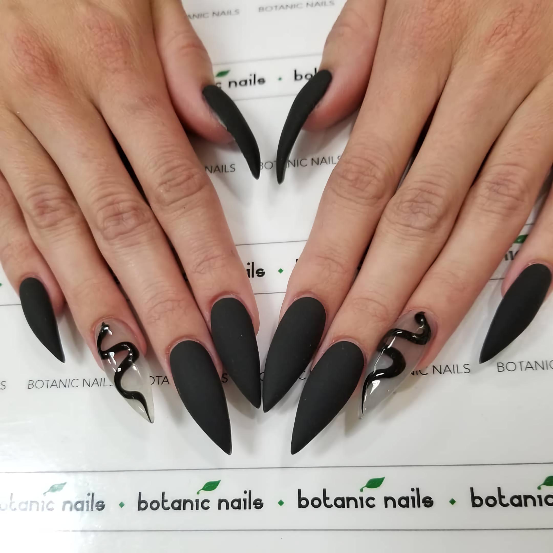 Матовые черные ногти со змеиным акцентом