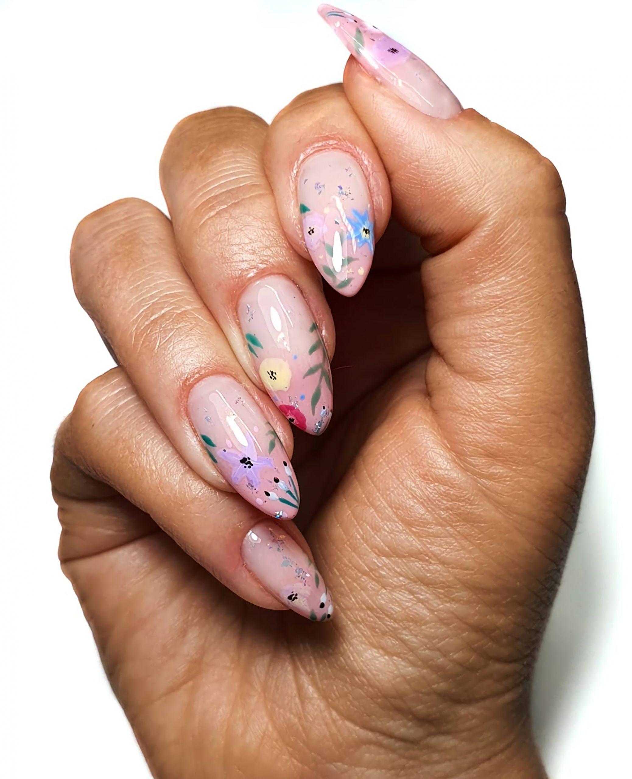 миндальная форма ногтей с цветочным маникюром