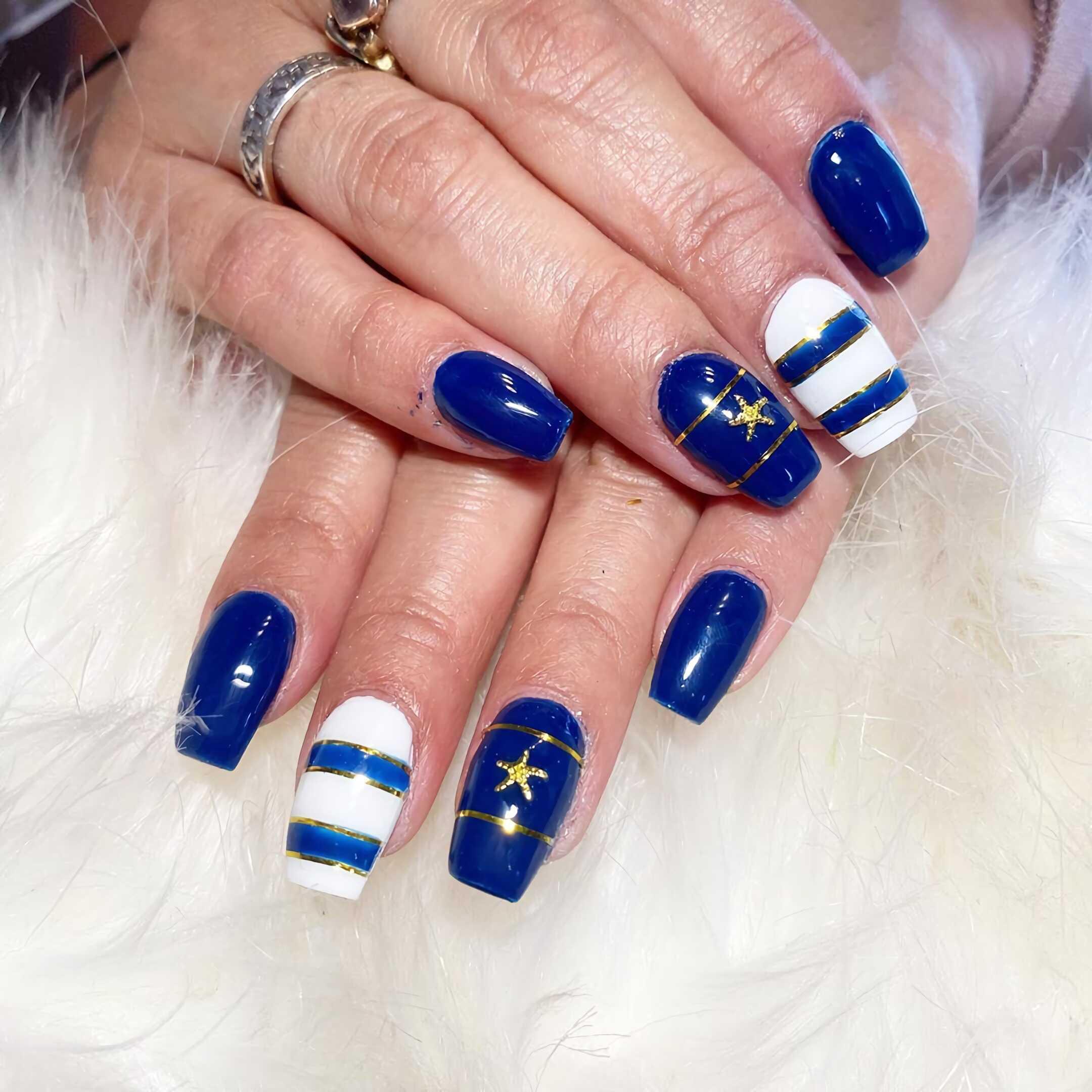 голубые и белые ногти квадратной формы