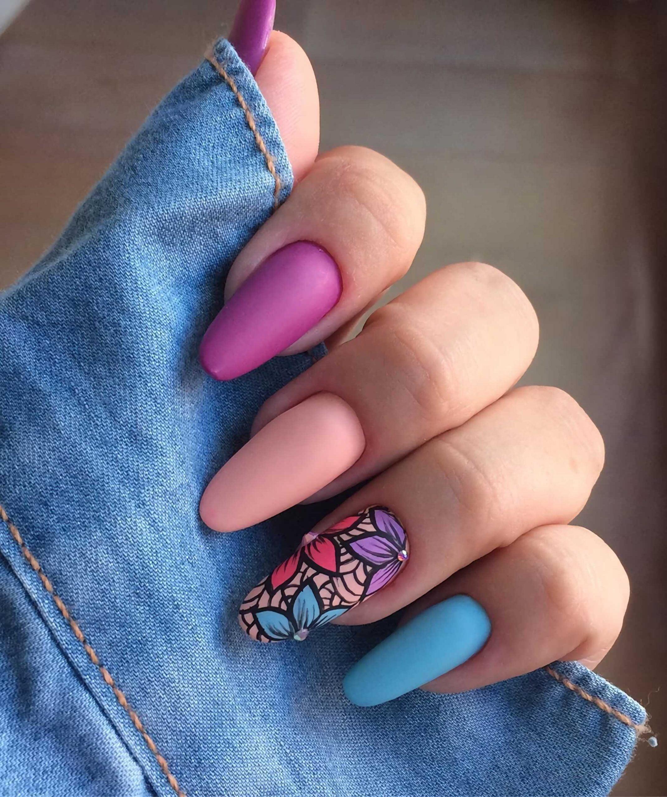 разноцветные ногти миндальной формы с акцентированным ногтем с цветами
