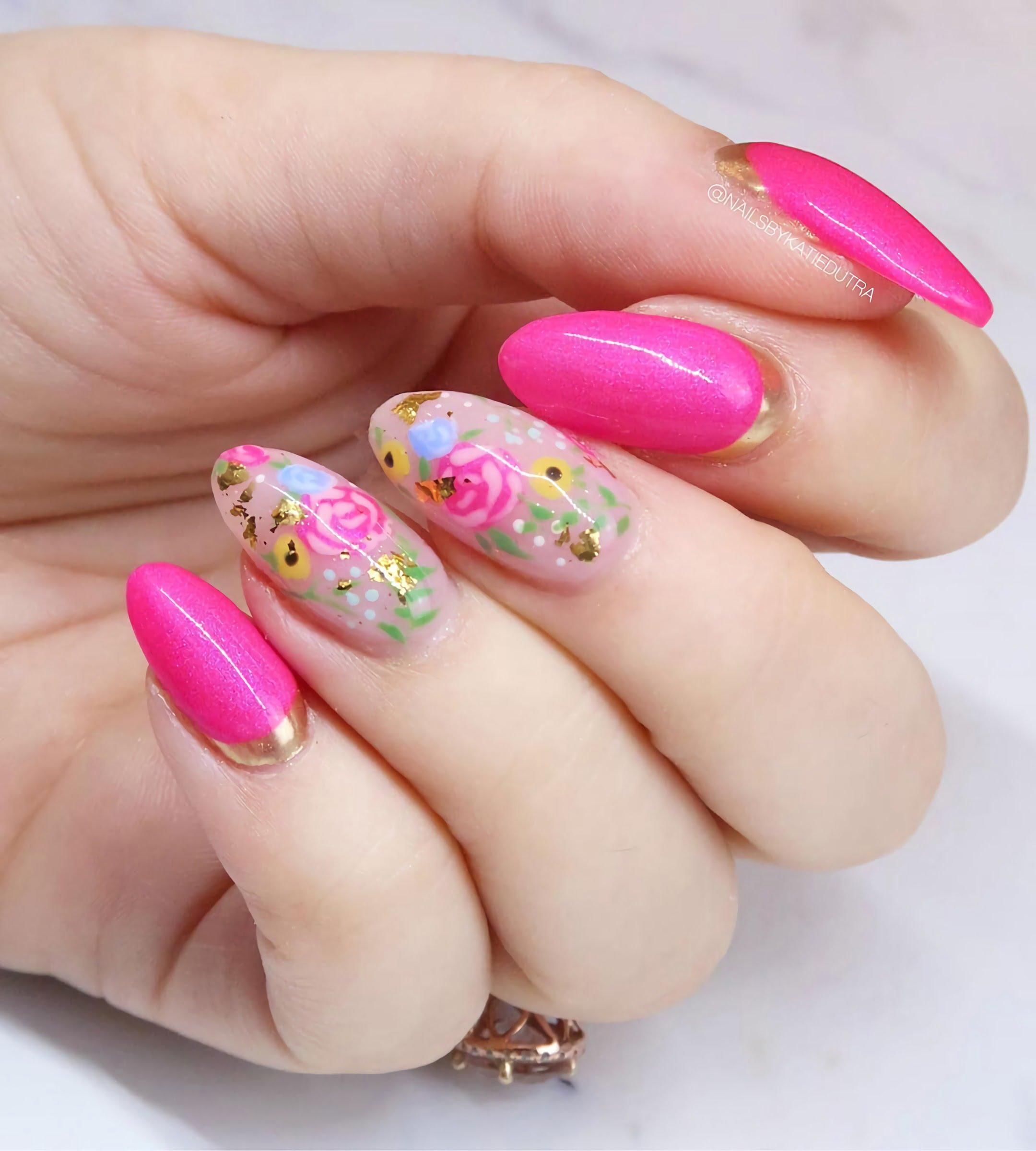овальные ногти с цветочным маникюром