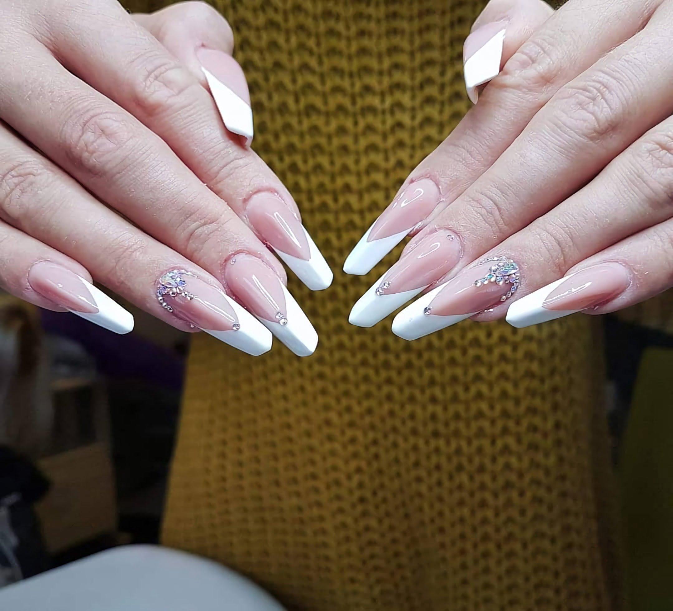 модный французский маникюр на уникальную форму ногтей