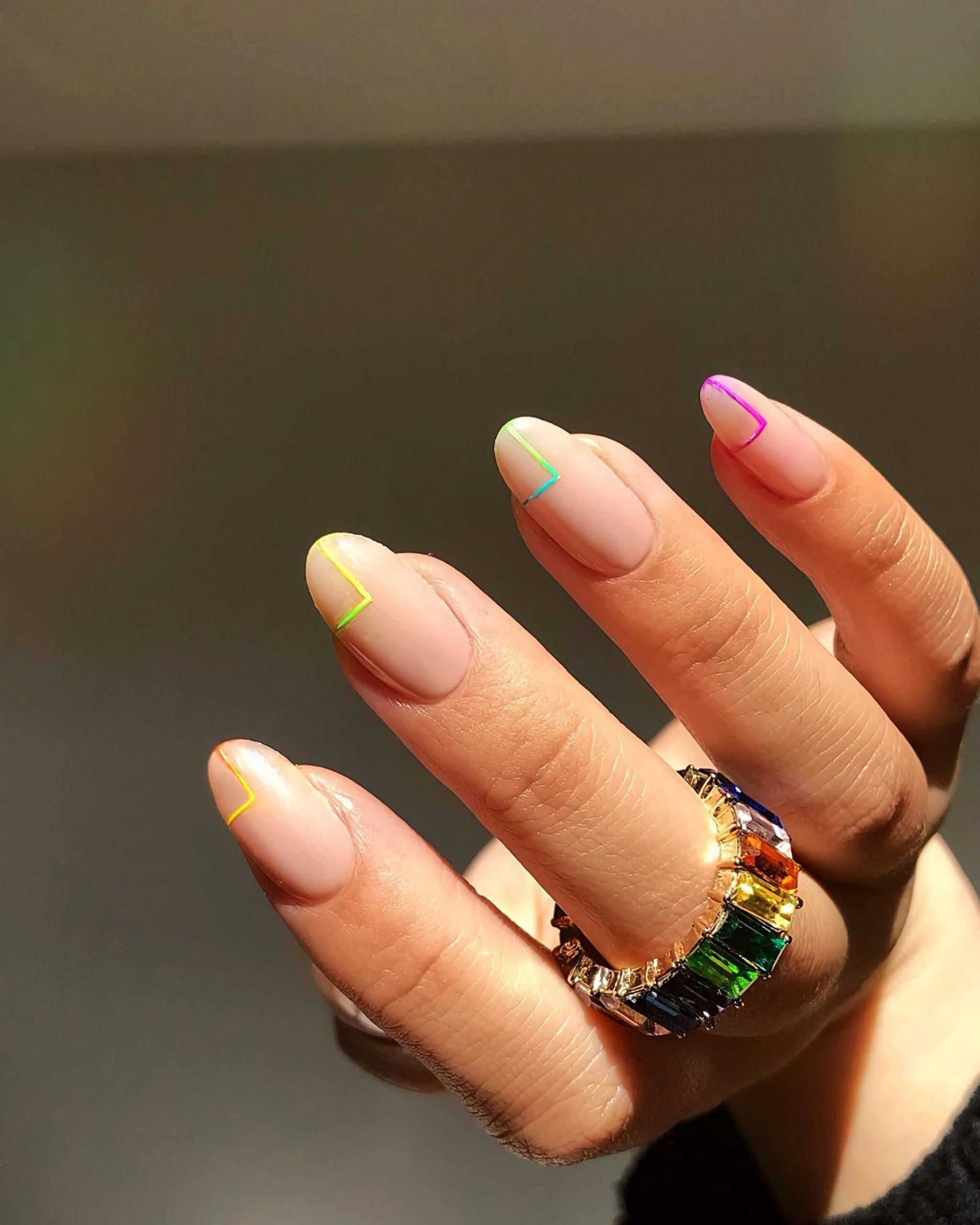геометрические ногти миндальной формы
