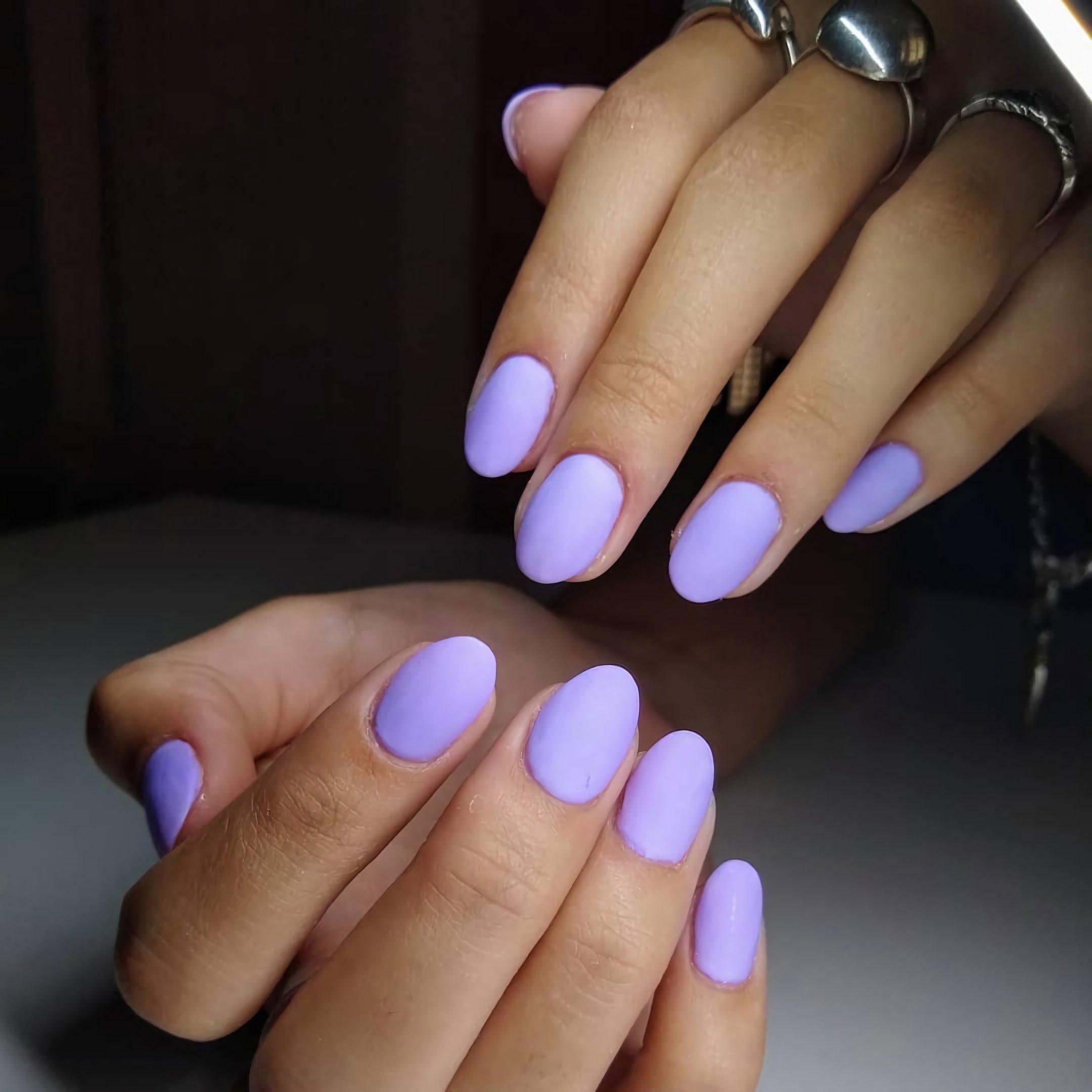 простые, голубые ногти овальной формы
