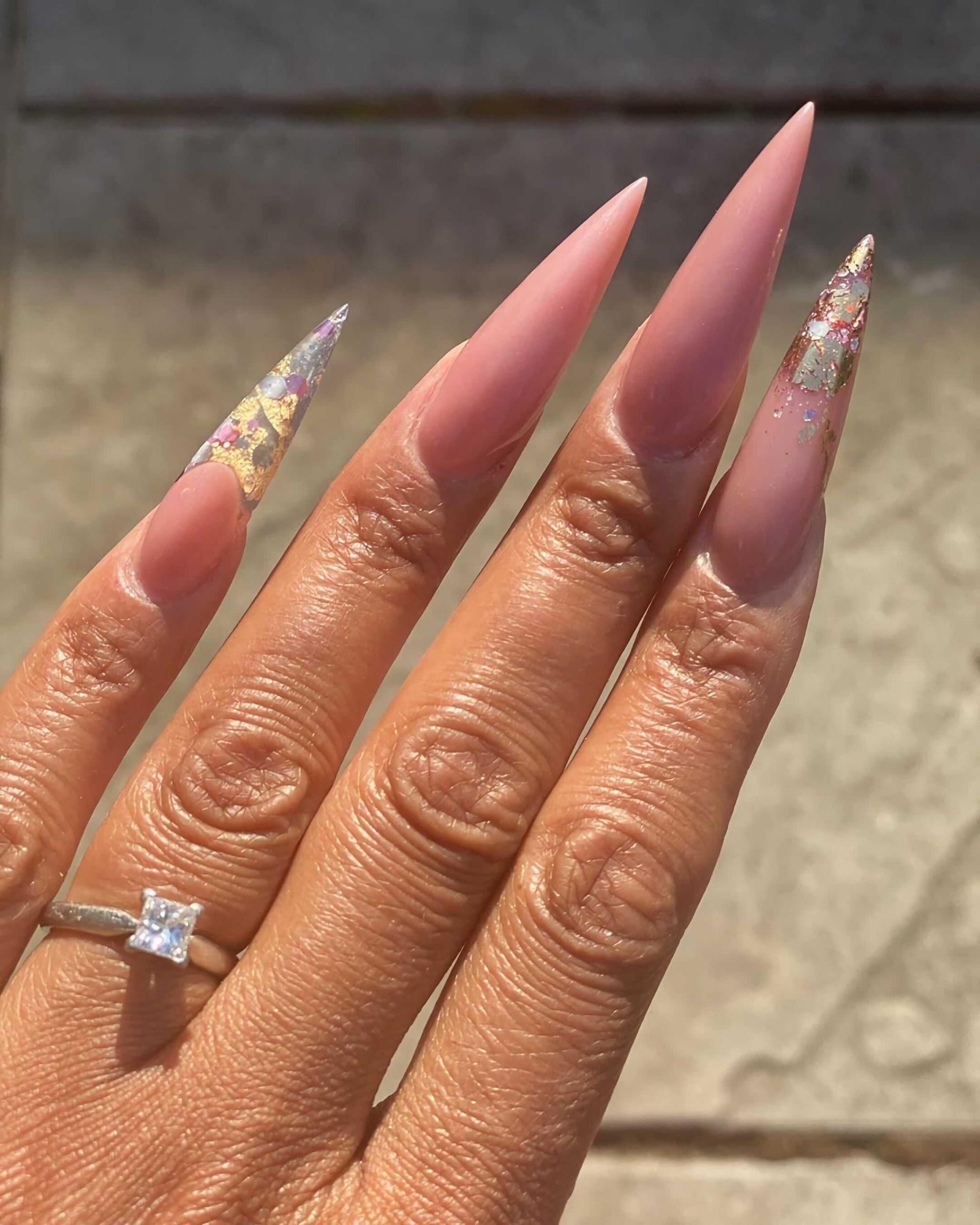 ногти стиллето с нейтральными оттенками