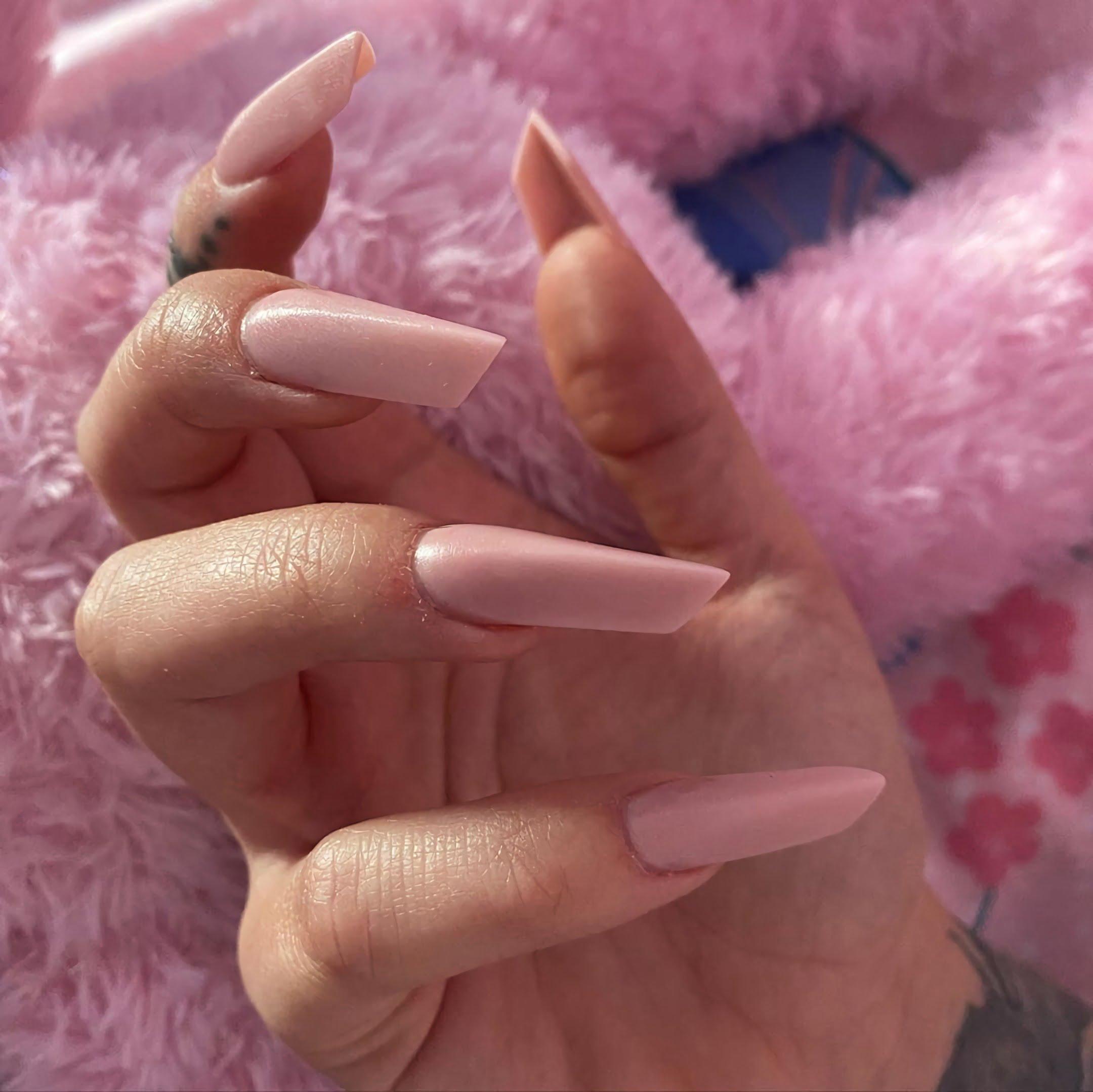 модные розовые ногти в форме яйца