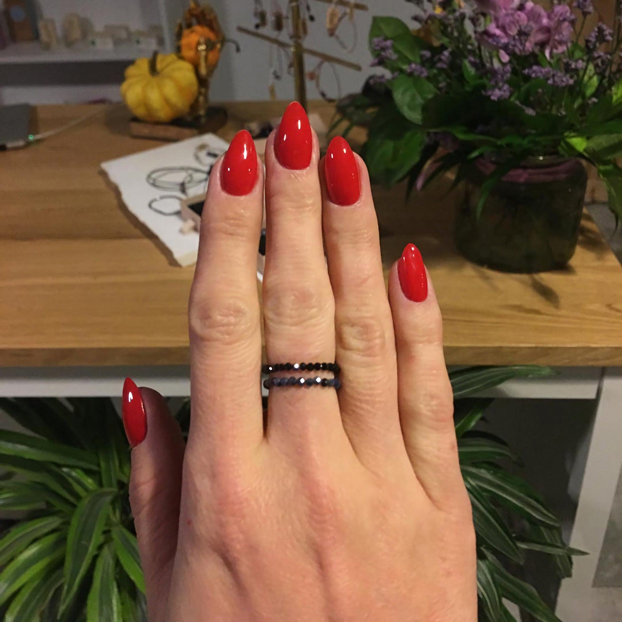 стильные красные ногти квадратно-овальной формы