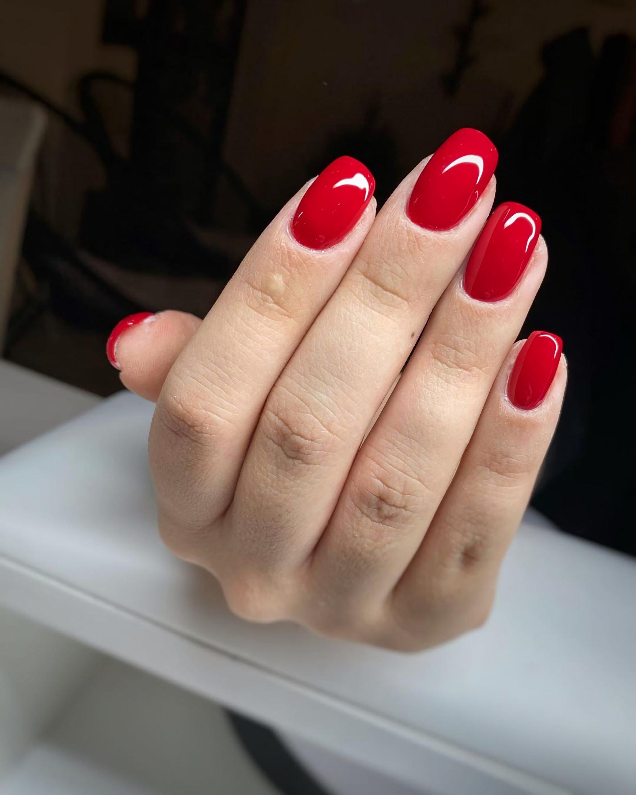 красные, квадратно-овальные ногти