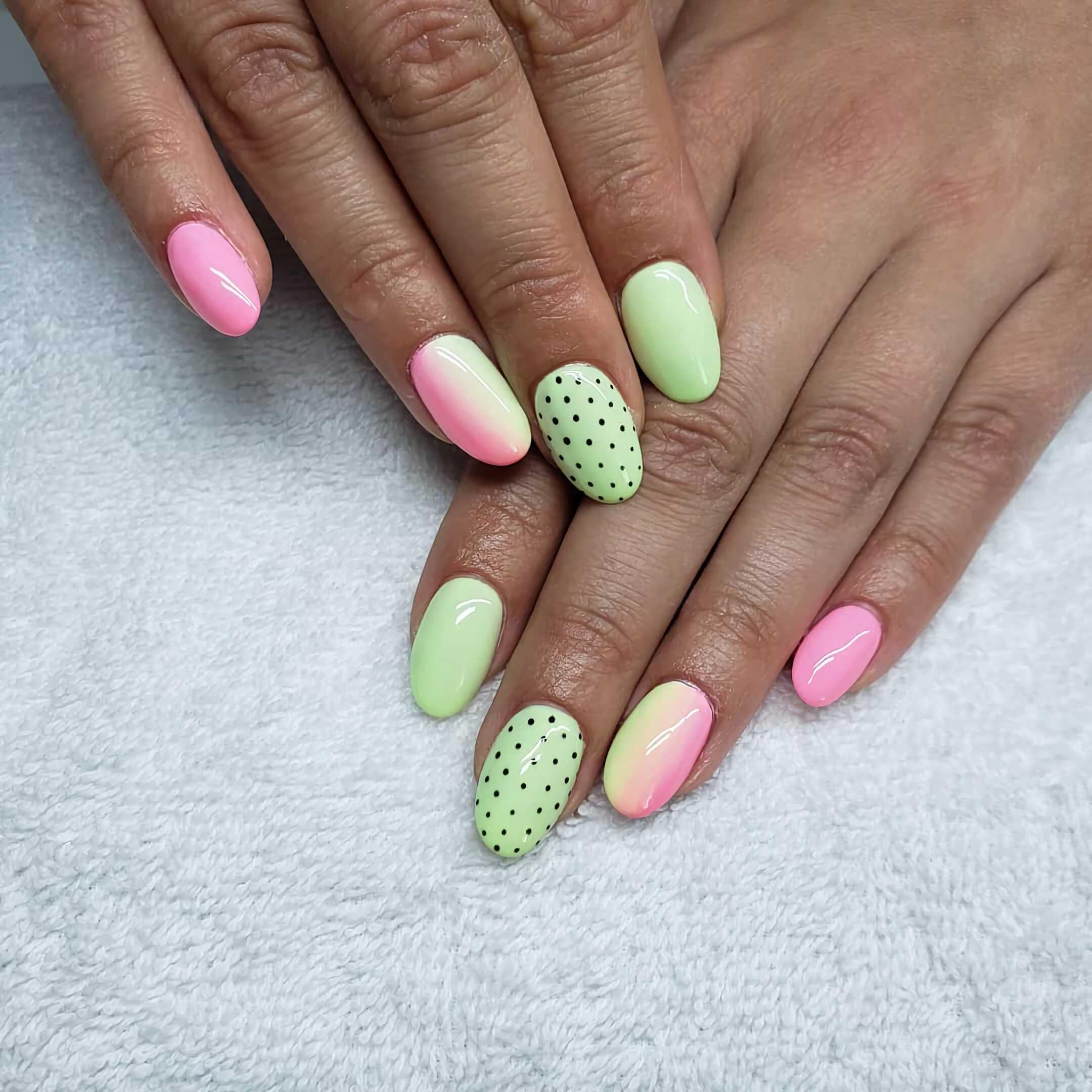 круглые разноцветные ногти в горошек