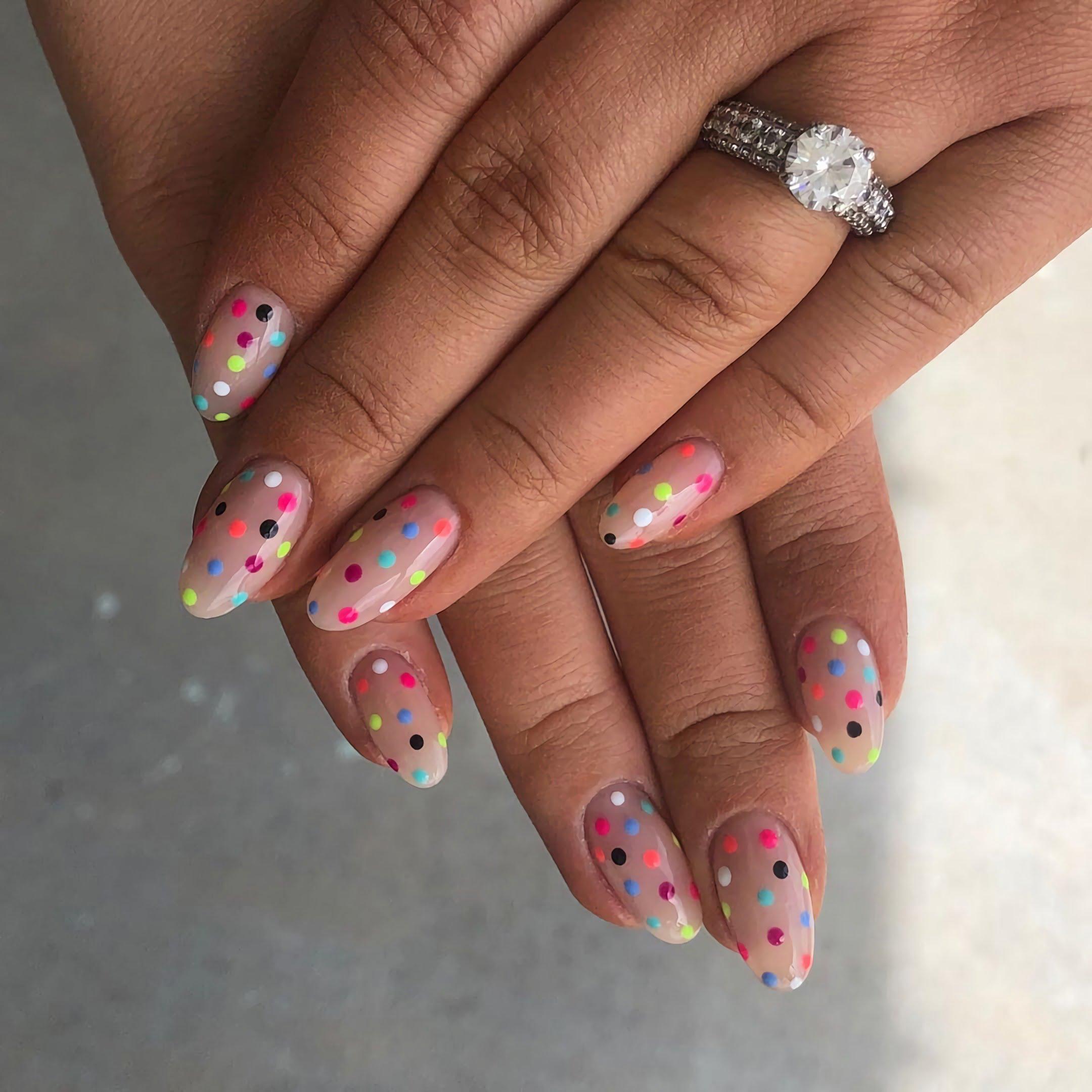 модные круглые ногти с разноцветными точками