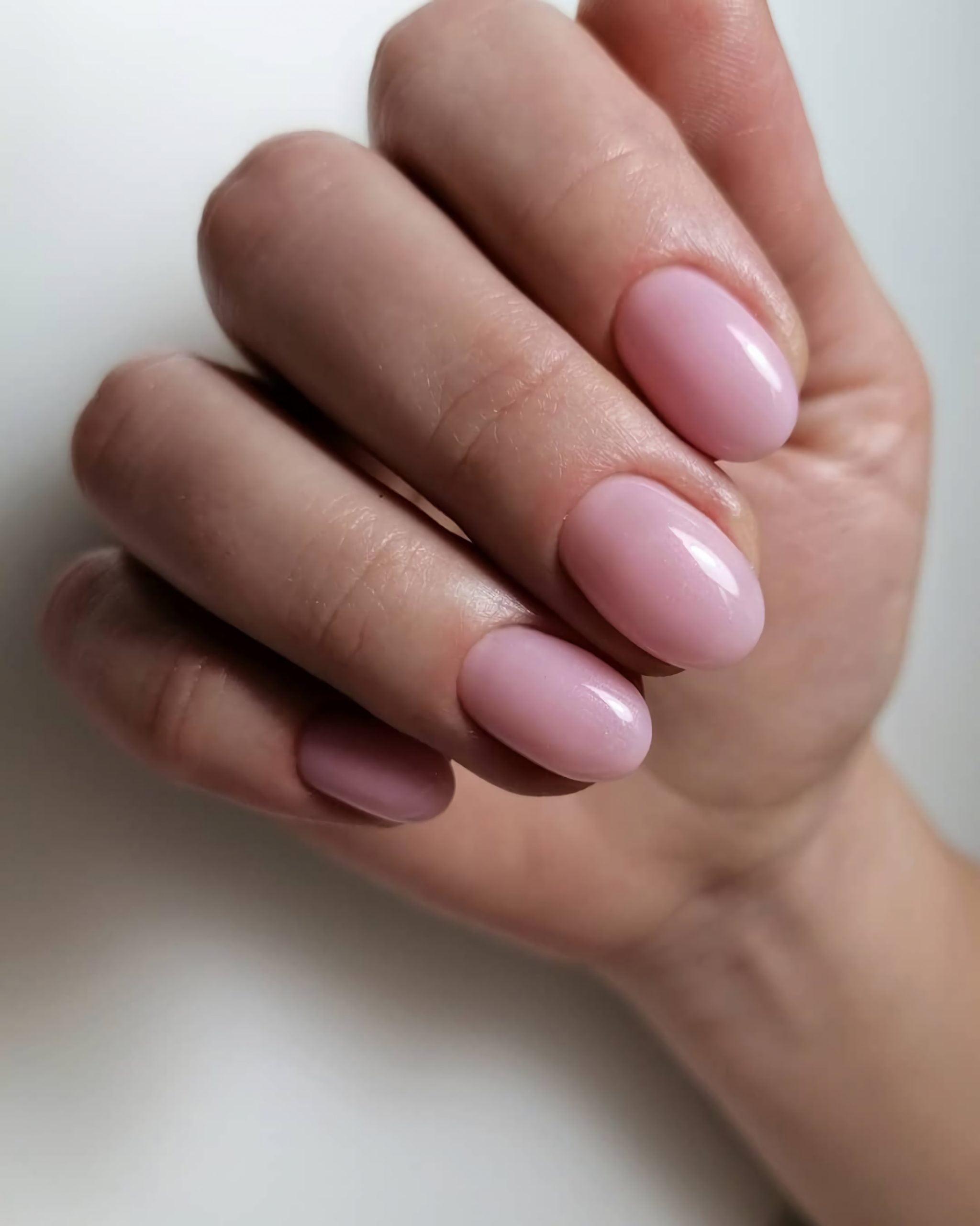 простые, розовые ногти овальной формы
