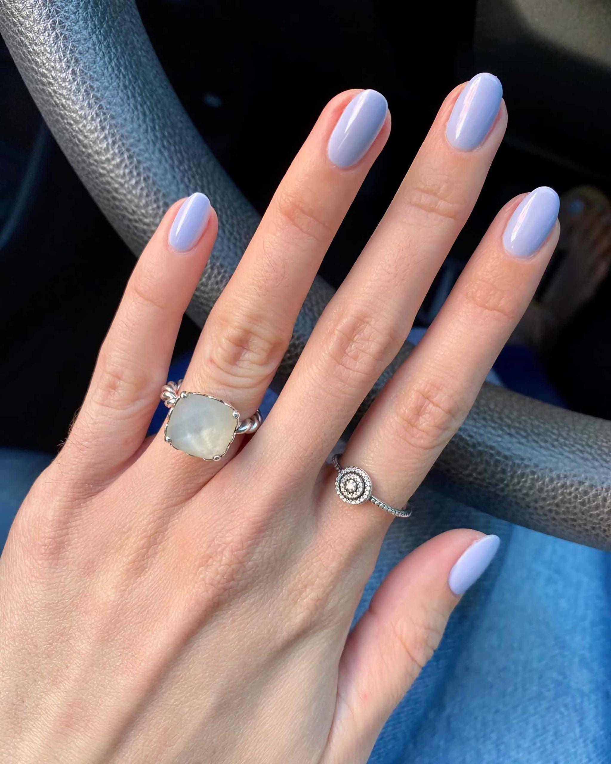 простые круглые ногти с голубым маникюром