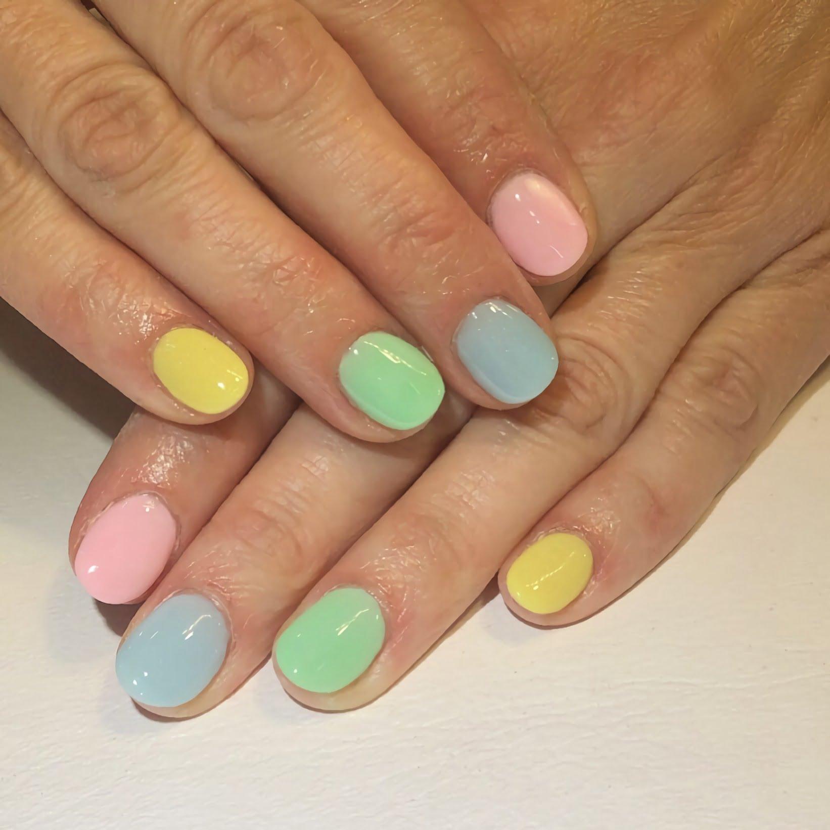 модный разноцветный маникюр на круглые ногти