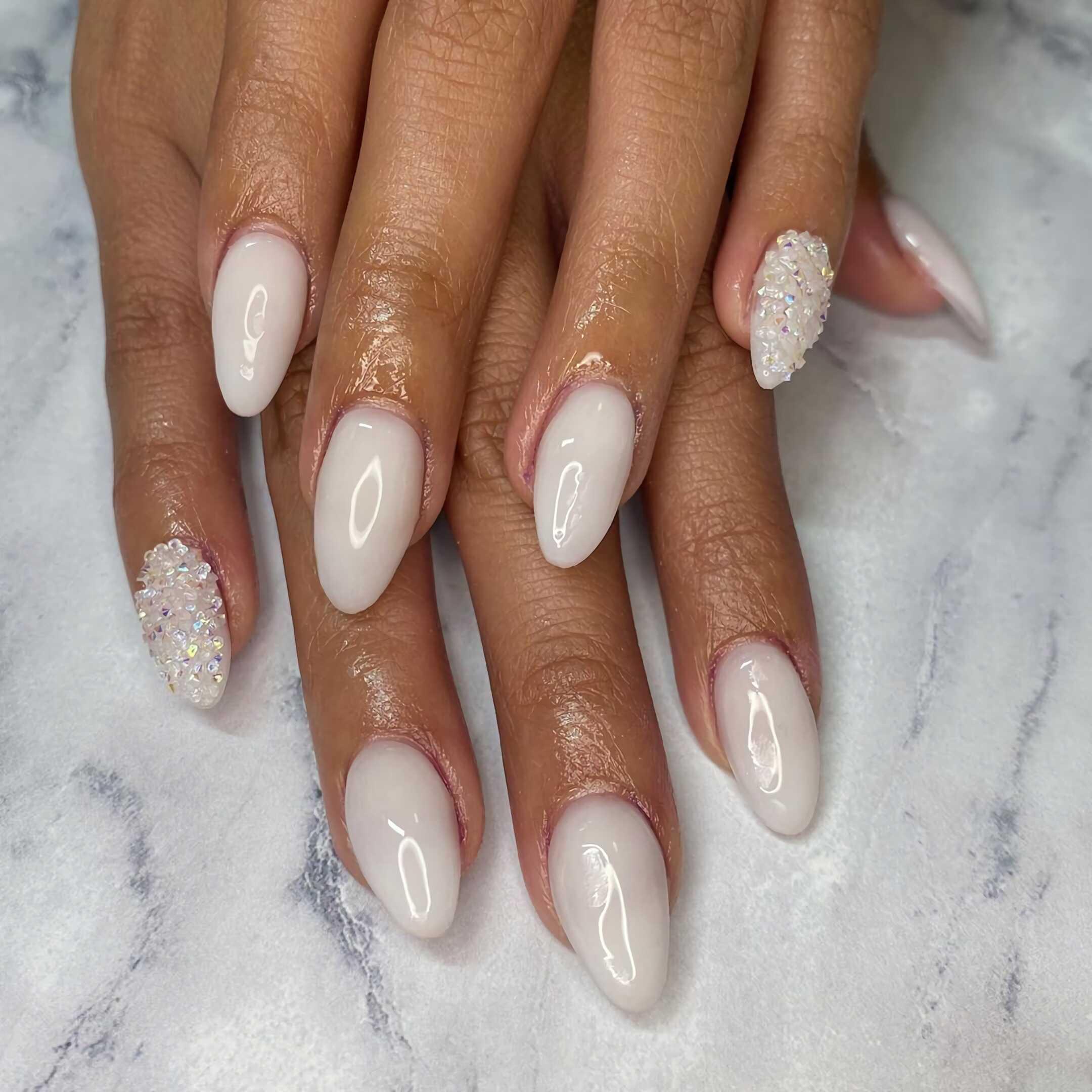 белые миндальные ногти