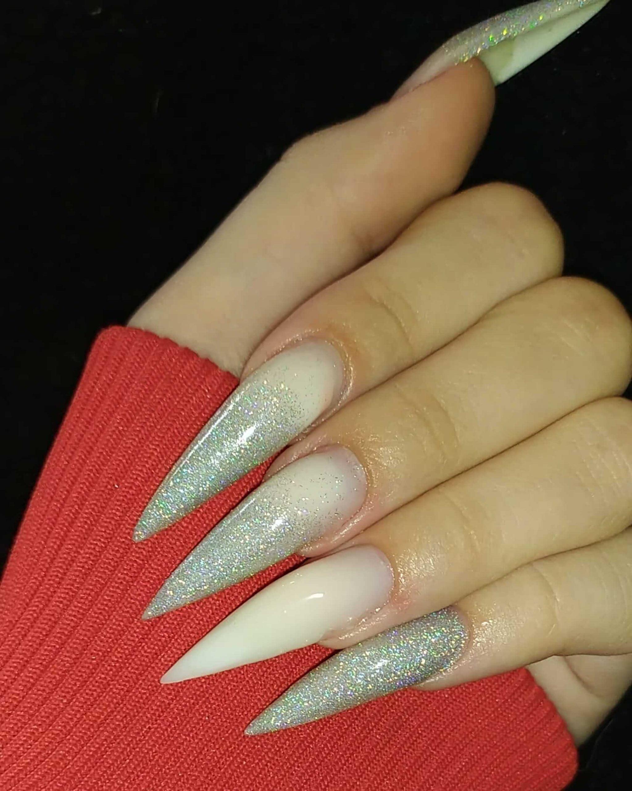 белые ногти в форме стиллето