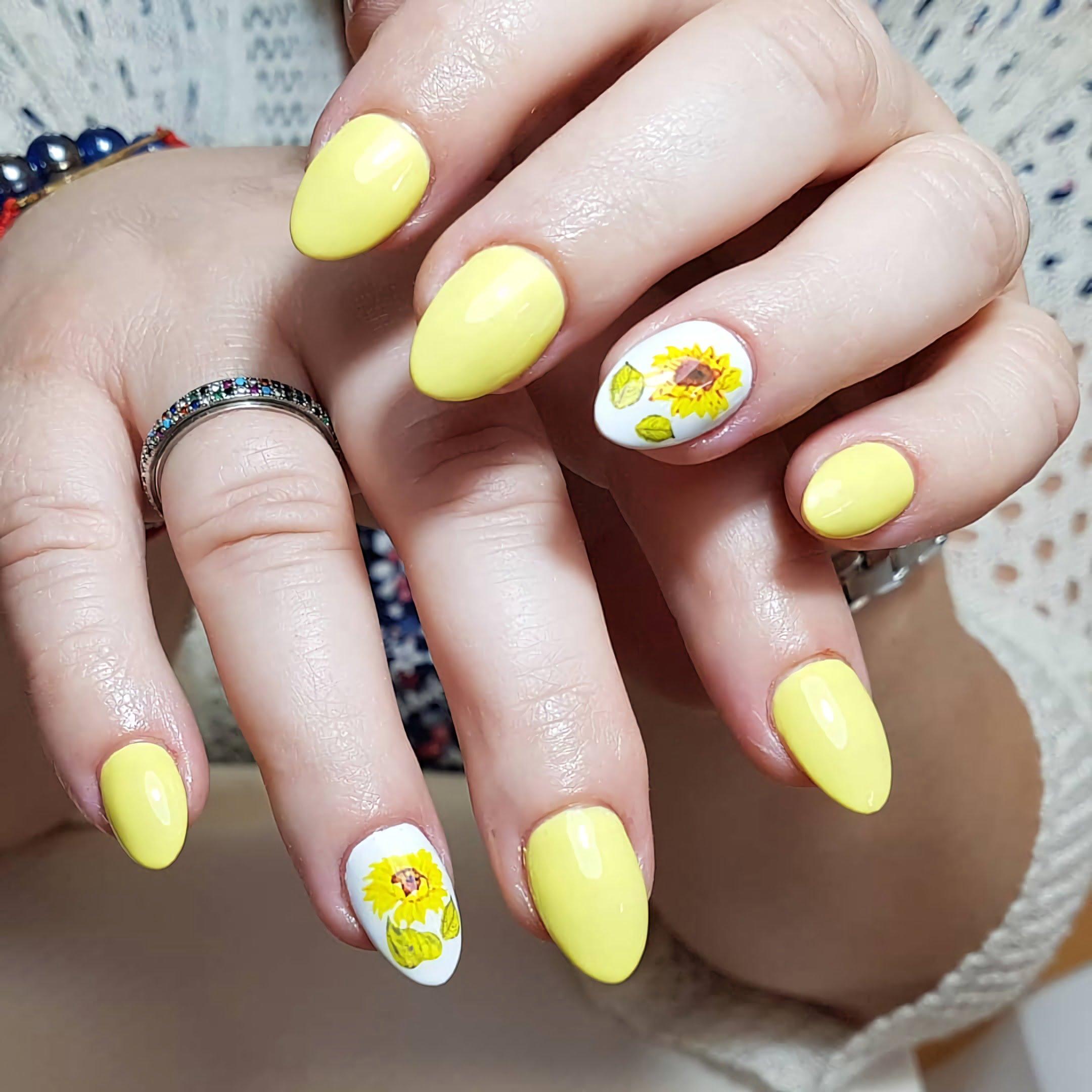 овальные ногти с дизайном подсолнуха