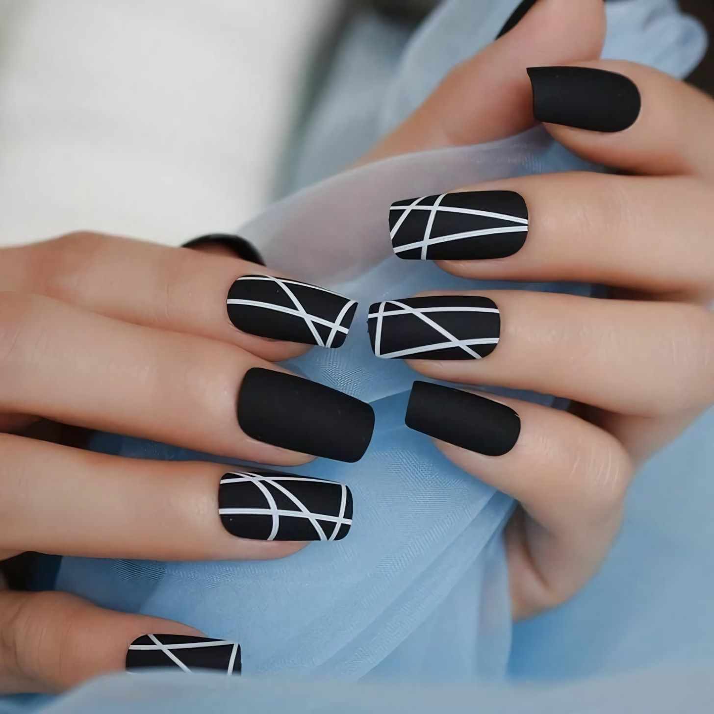 короткие черные и белые ногти