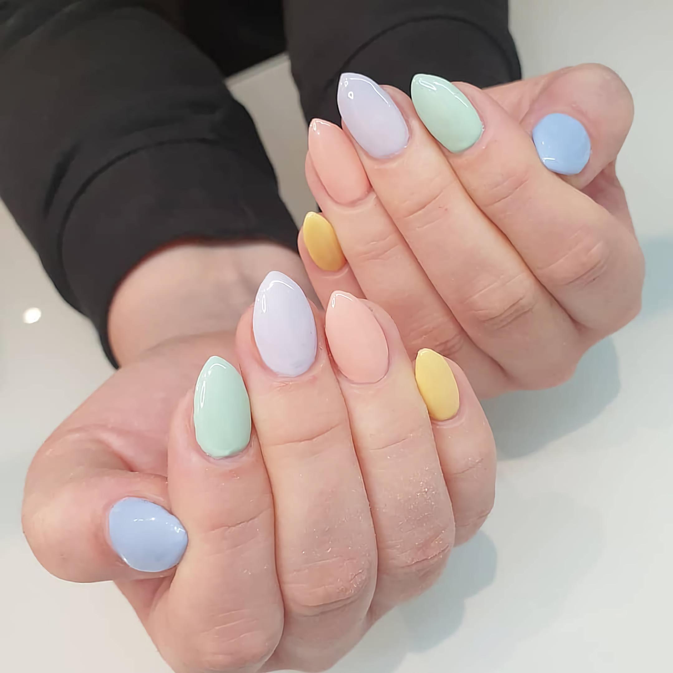 разноцветные короткие пастельные ногти