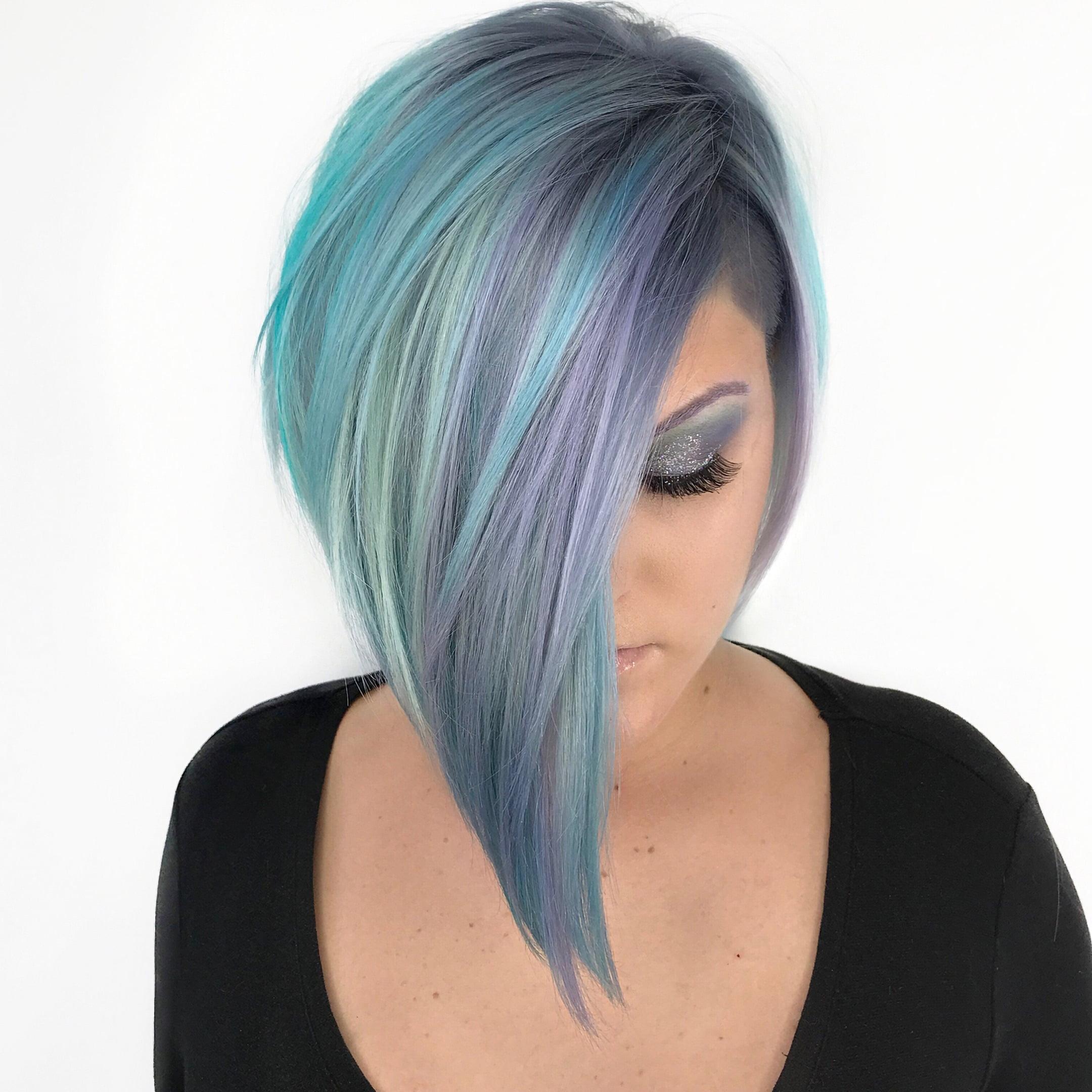 модный асимметрический боб с синим цветом волос