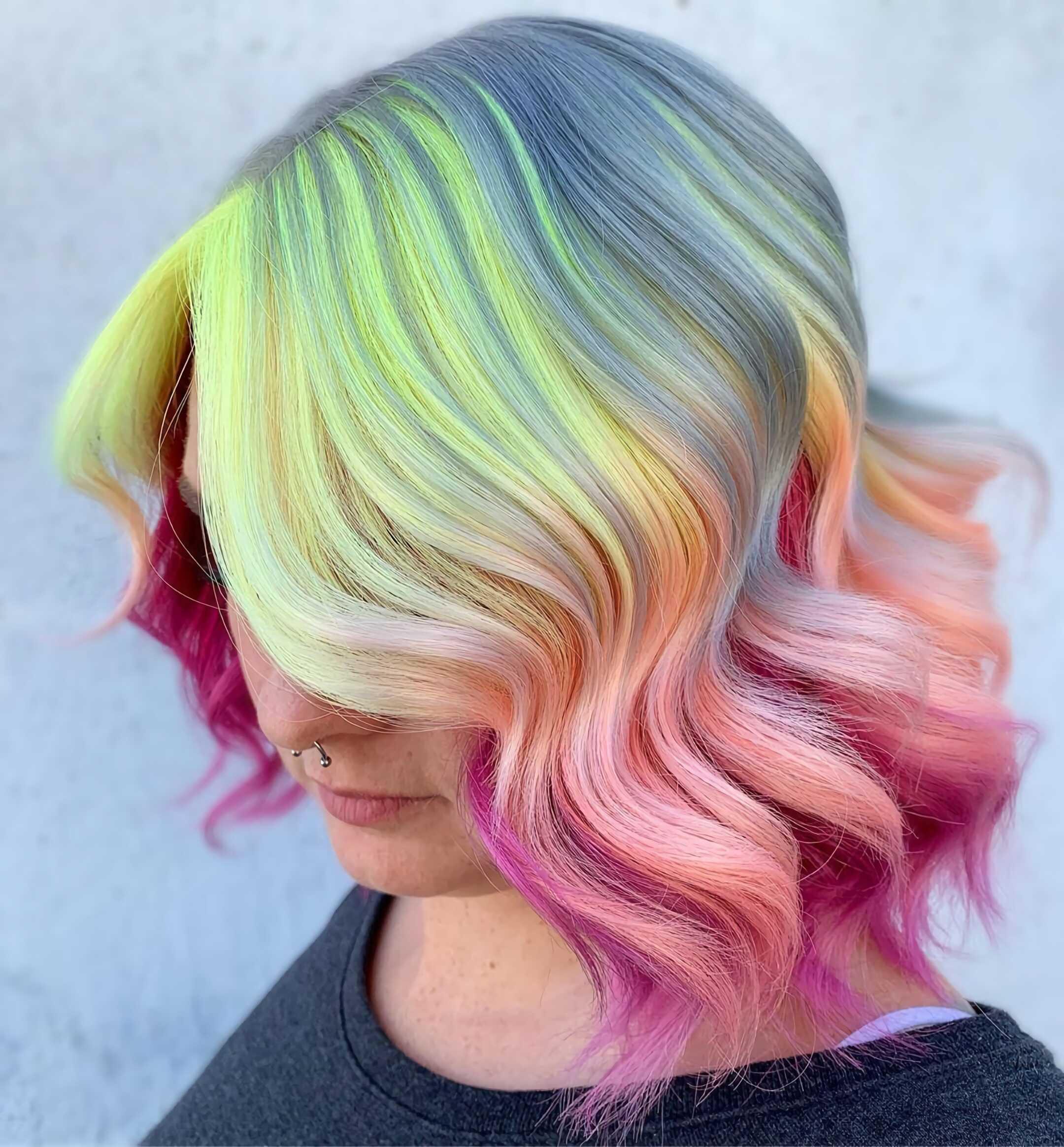 стильная разноцветная стрижка на средние волосы