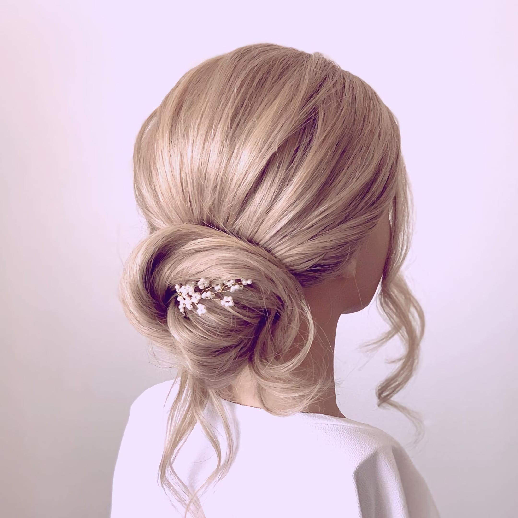 модная стрижка с пучком на средние волосы