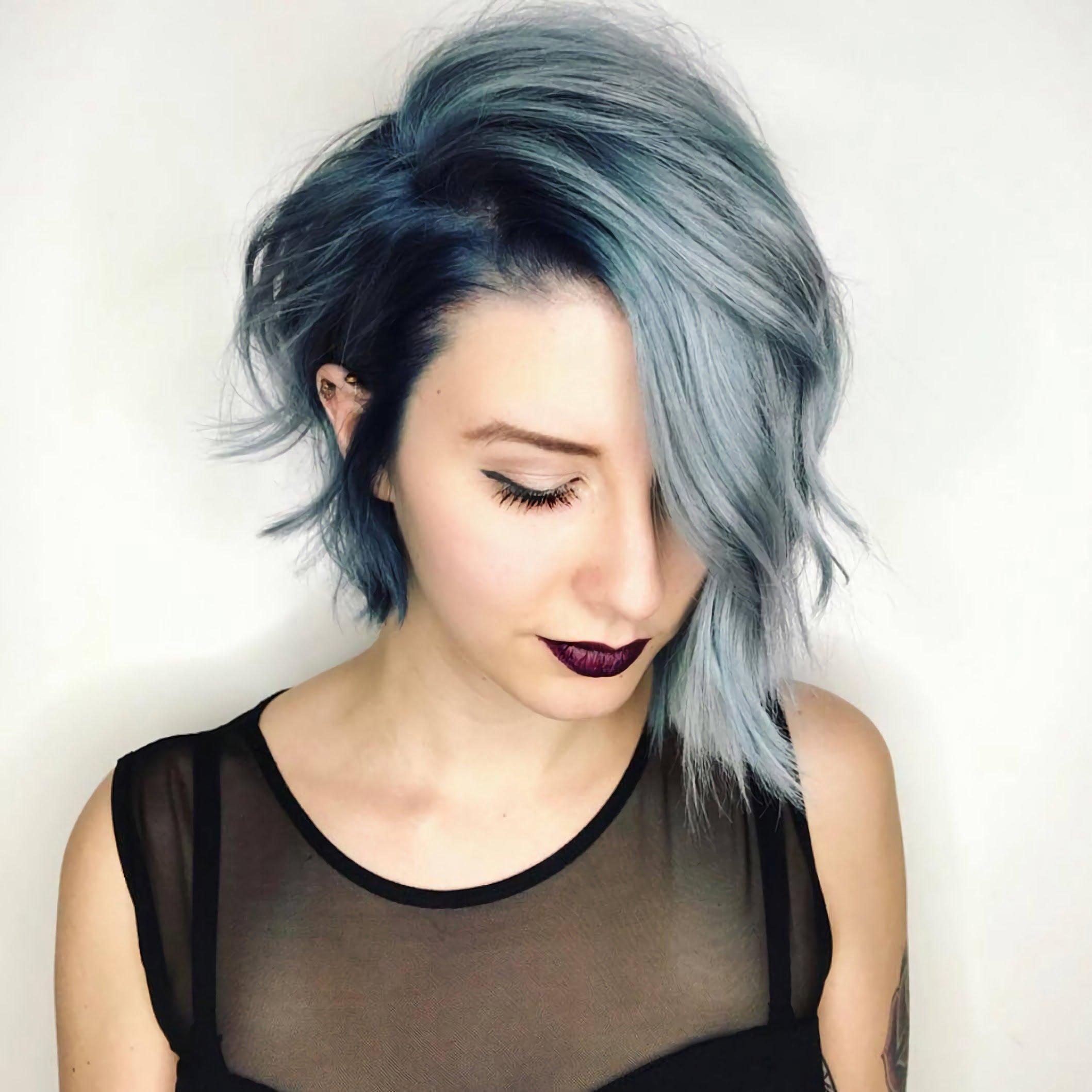 стильная синяя асимметрическая стрижка на средние волосы
