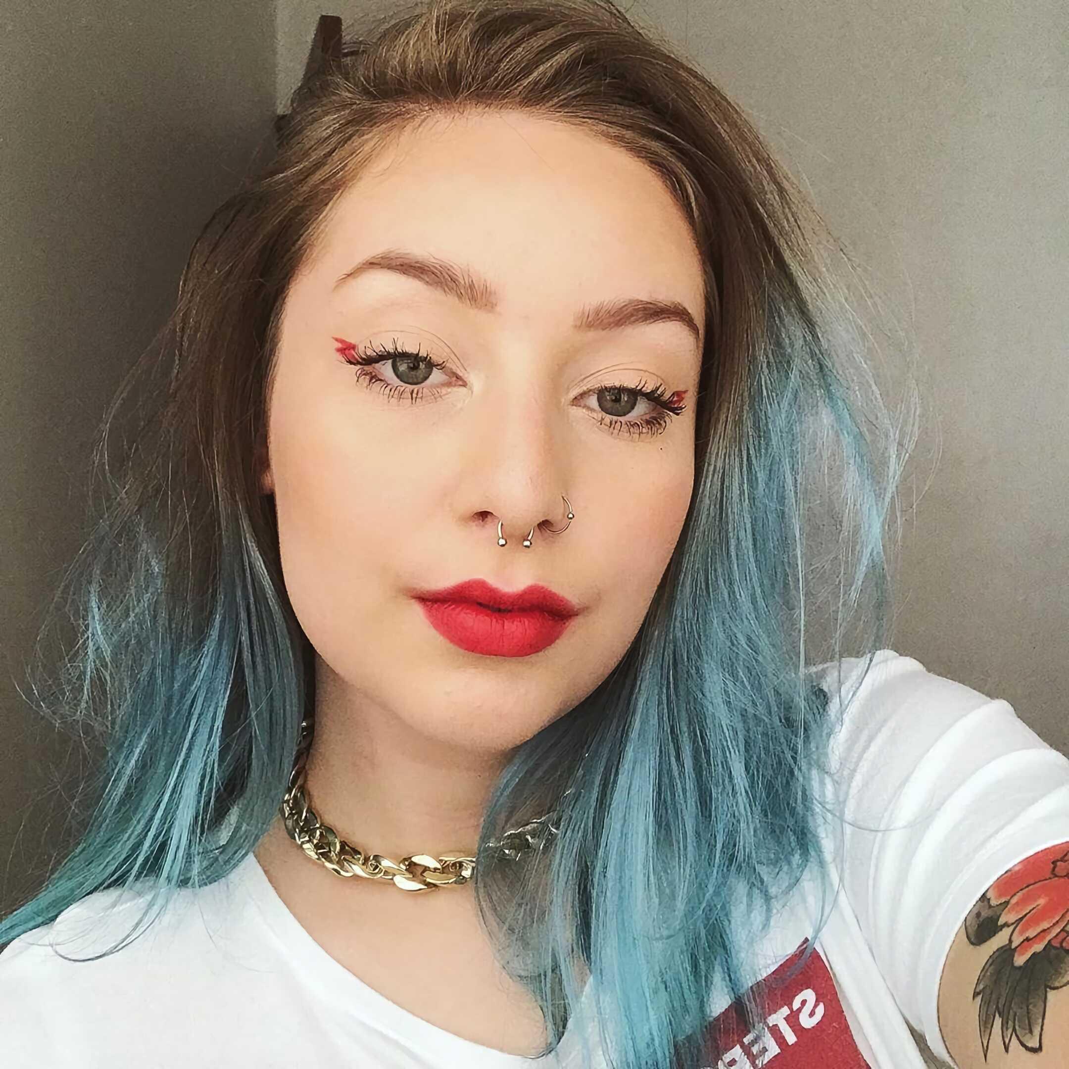 модная стрижка на средней длины с синими волосами