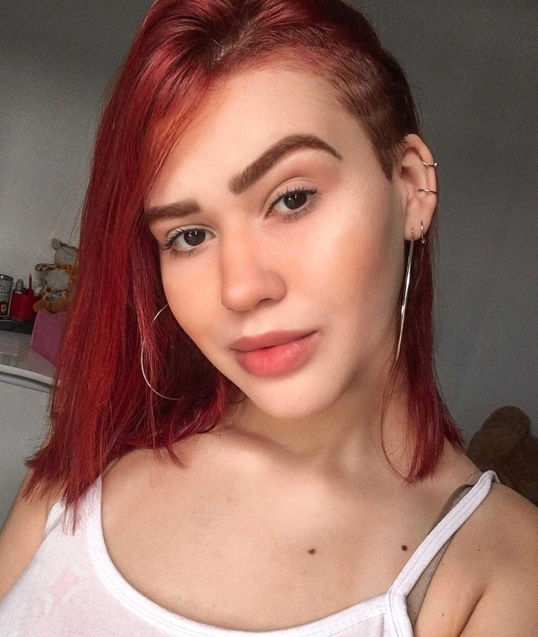 стильная прическа на прямые, средние волосы