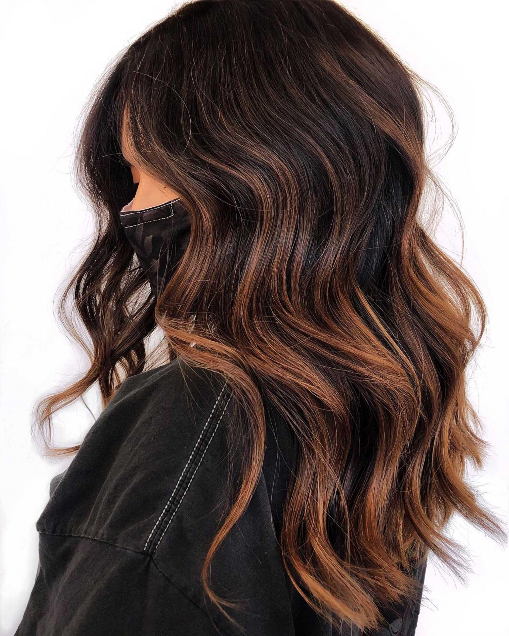 темно-шоколадный балаяж на длинные, волнистые волосы