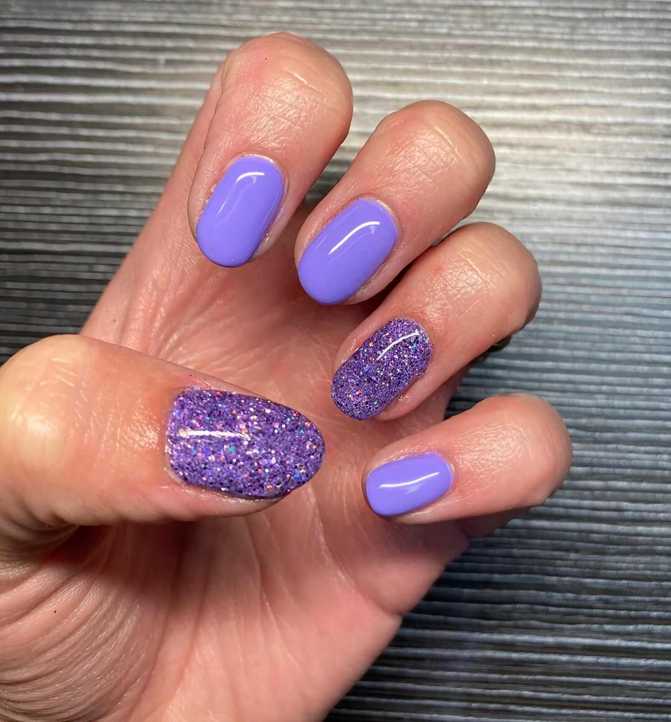 короткие фиолетовые ногти с блеском