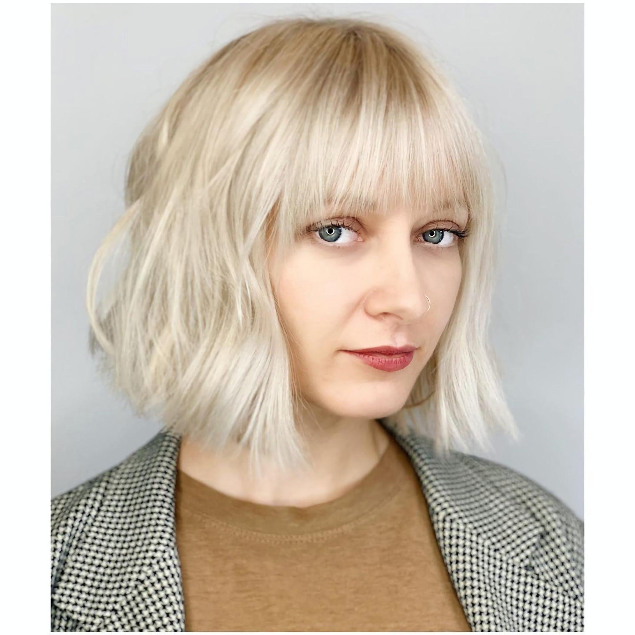 прическа на средние волосы с челкой